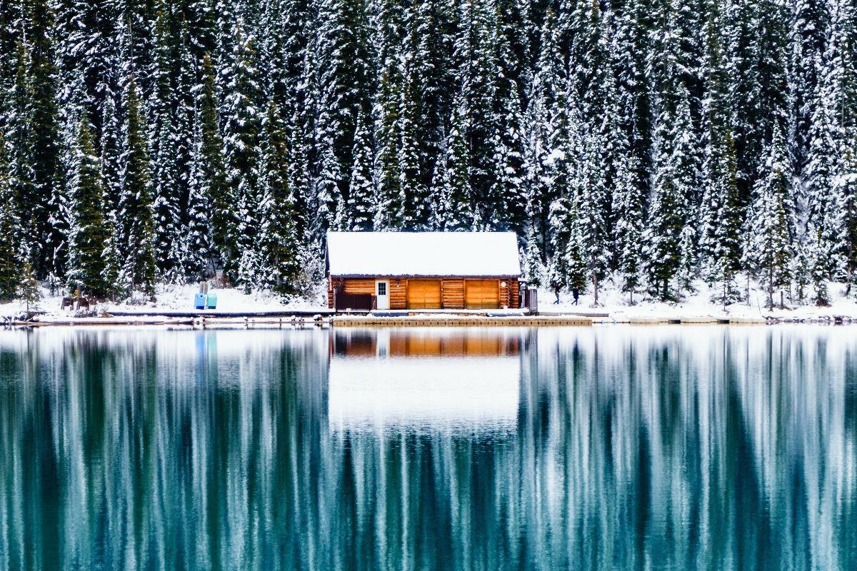 Carmen Huter - Instagram: 100k+ - @carmenhuter, huisje aan water in sneeuw met weerspiegeling