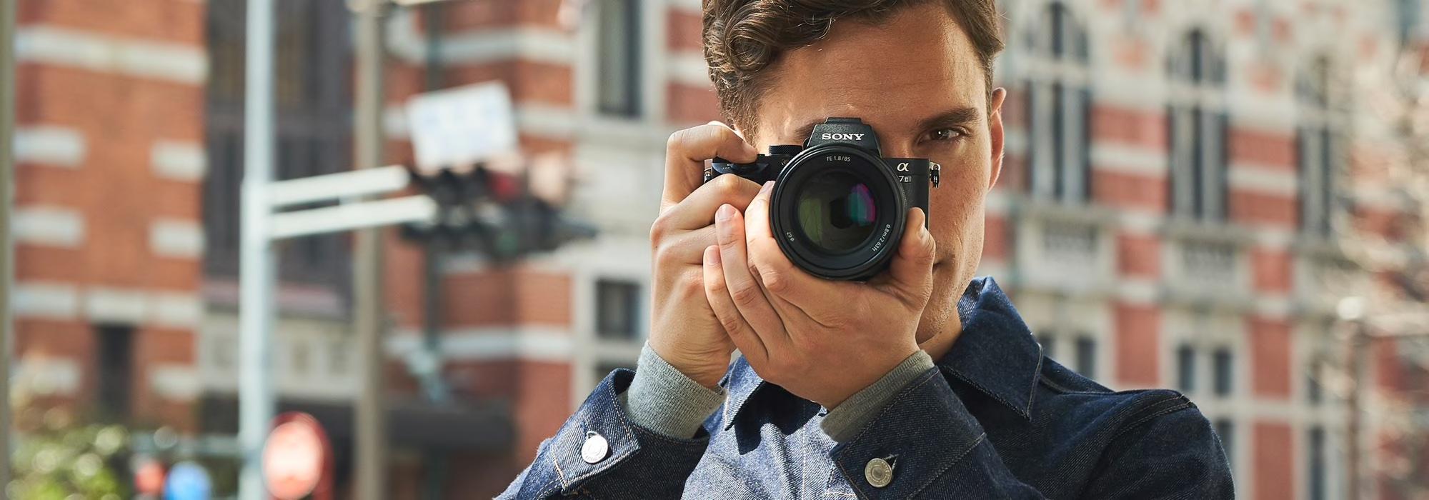 man maakt foto met een Sony A7 II