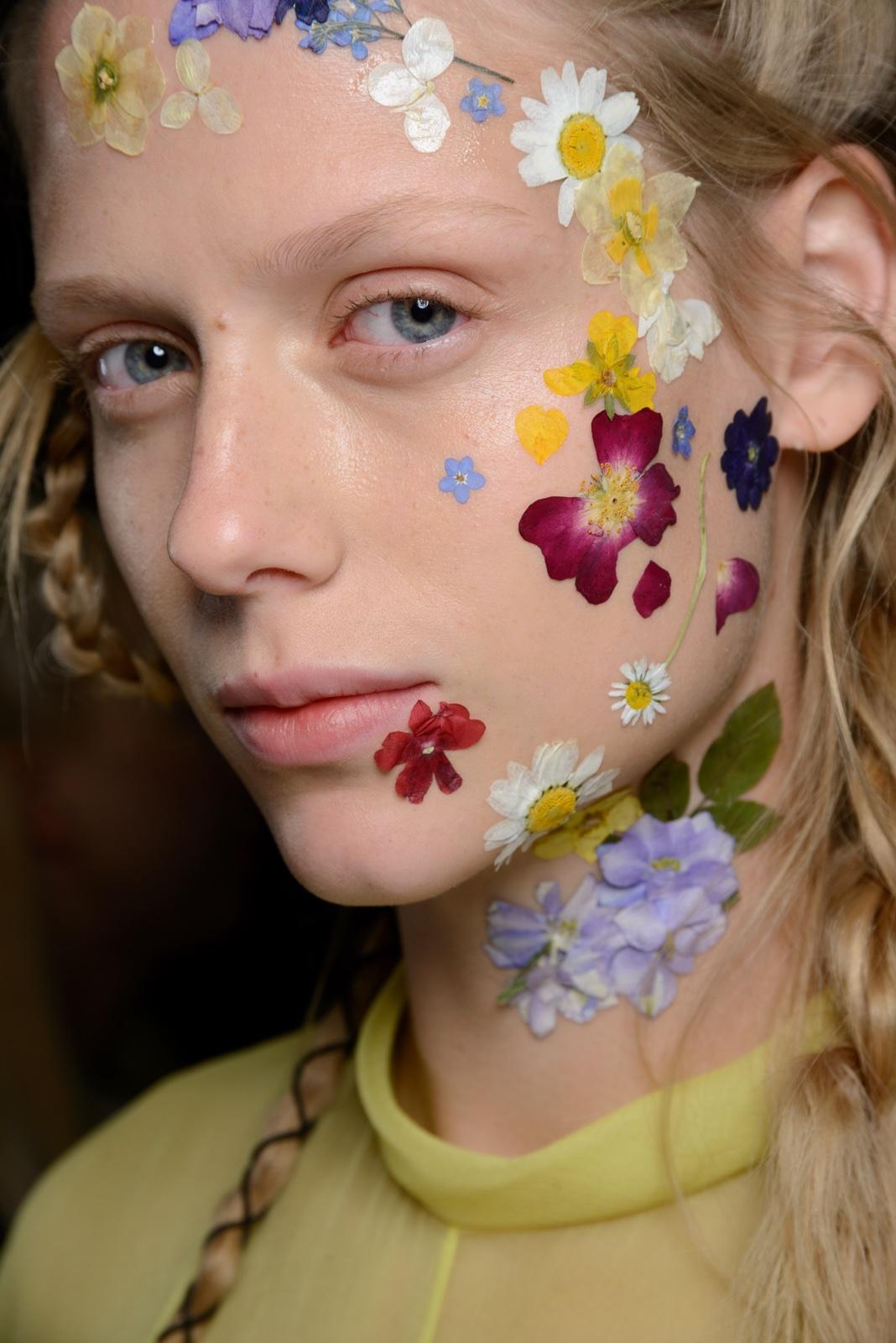 foto: © Luca Cannonieri voor Harpers Bazaar - meisje met bloemen op gezicht geschilderd