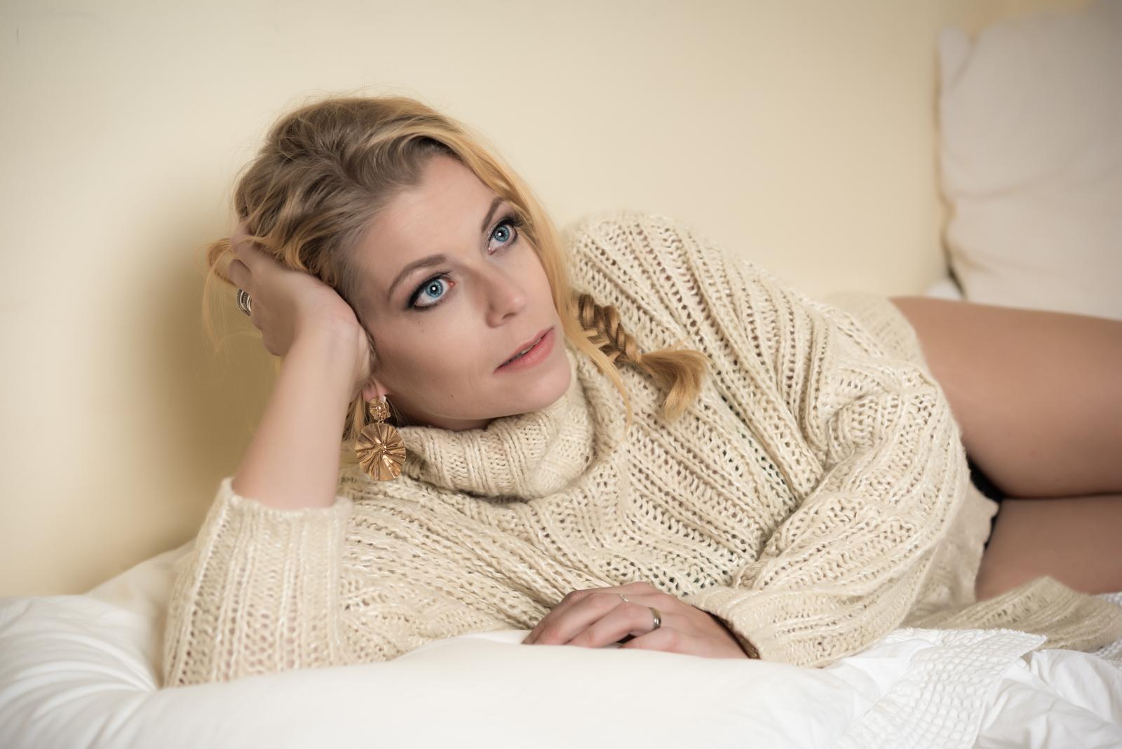 foto: © Jan Rijnders - fotomodel ligt op bed met trui aan