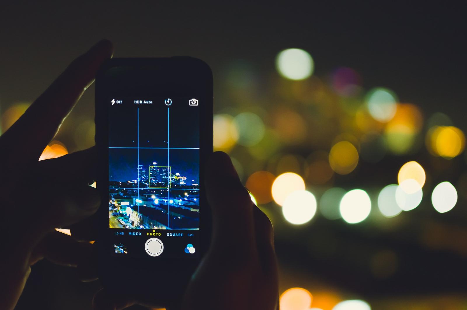 een iPhone camera die foto maakt bij nacht