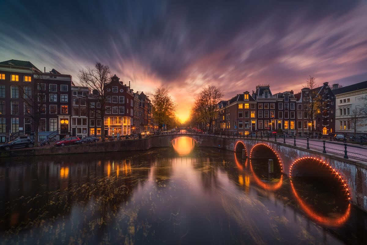 Foto van Albert Dros van de Amsterdamse grachten in schemering