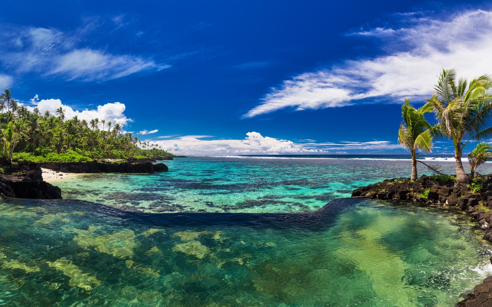 Strand op het eiland van Samoa (Polynesie)