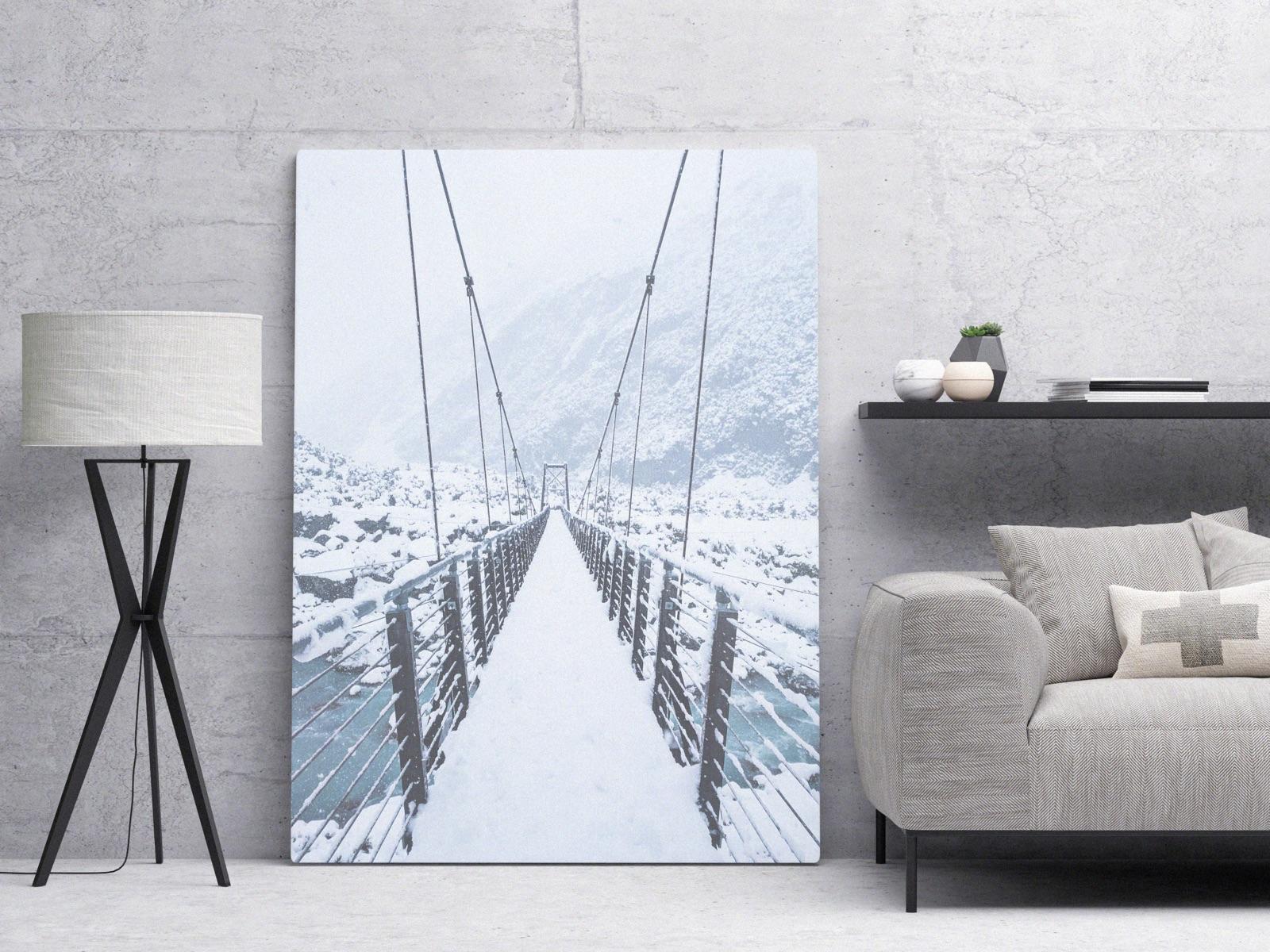 foto van een huiskamer met een foto op canvas