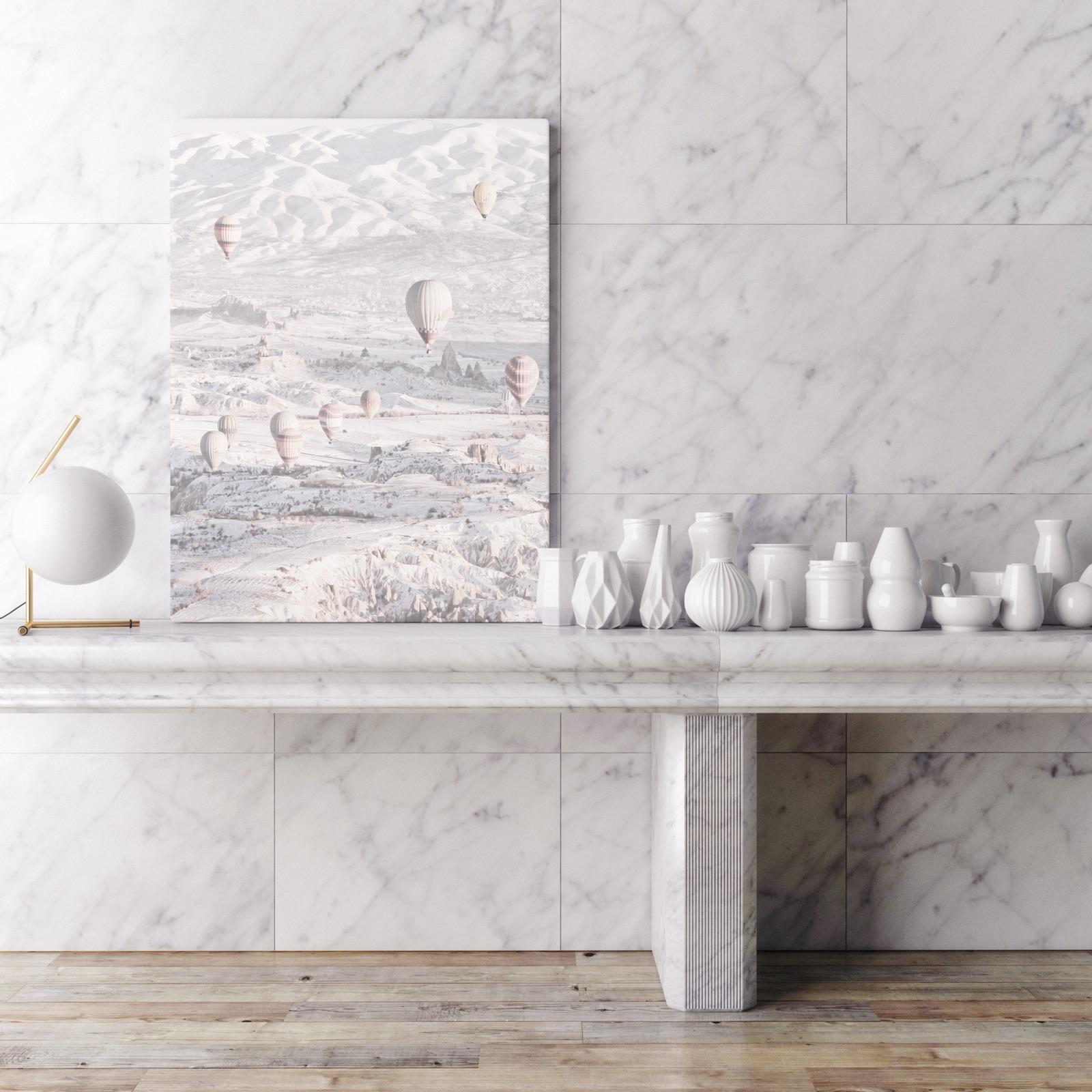 foto van interieur in marmer met foto op canvas op tafel