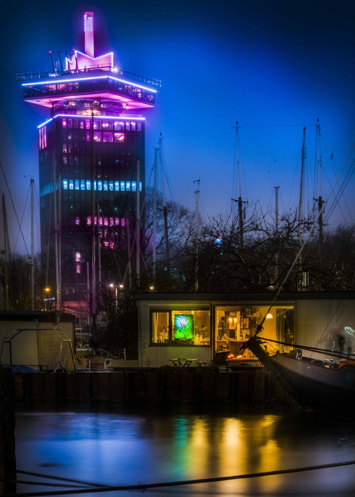 foto van TA'dam Toren in Sixhaven Amsterdam Noord en woonboot met lichtbak foto van Jan van der Horn