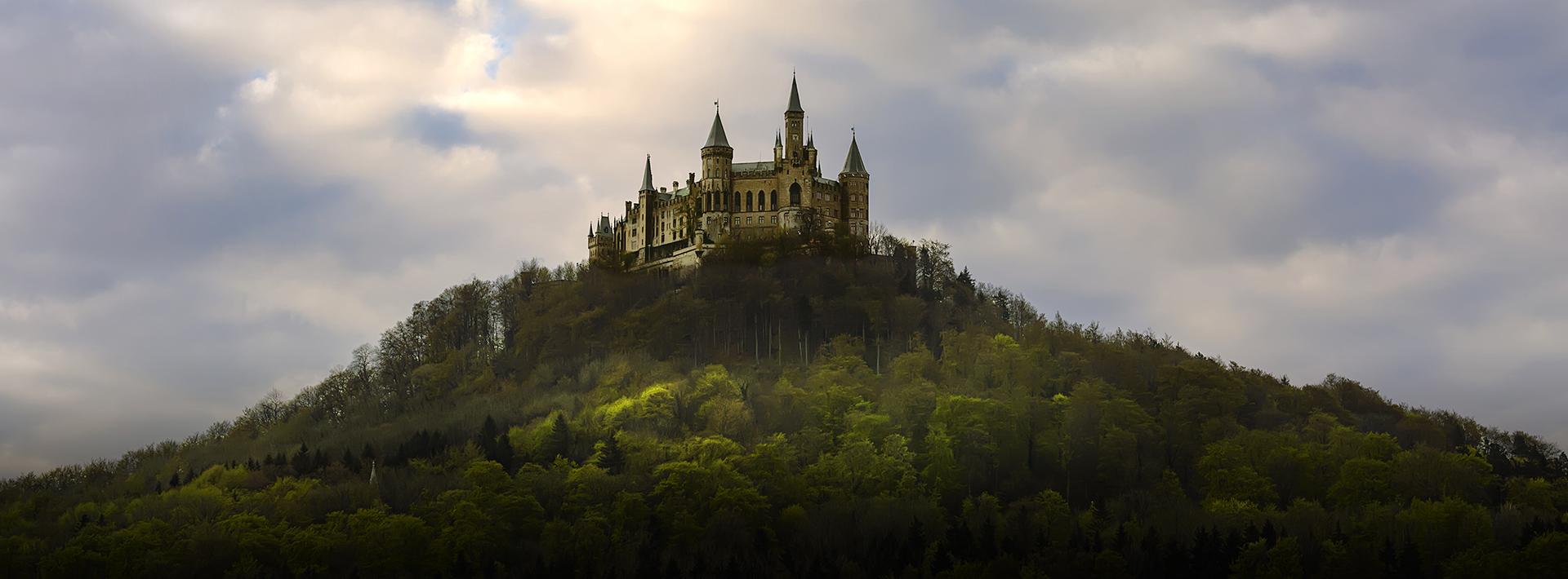foto van kasteel op berg met mooie wolkenpartij