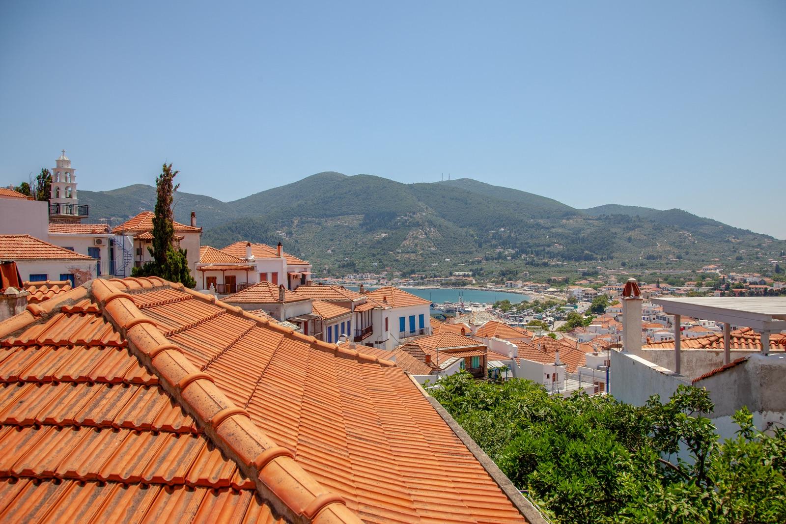 foto van het Griekse eiland Skopelos vanaf de daken zie je bergen en de zee