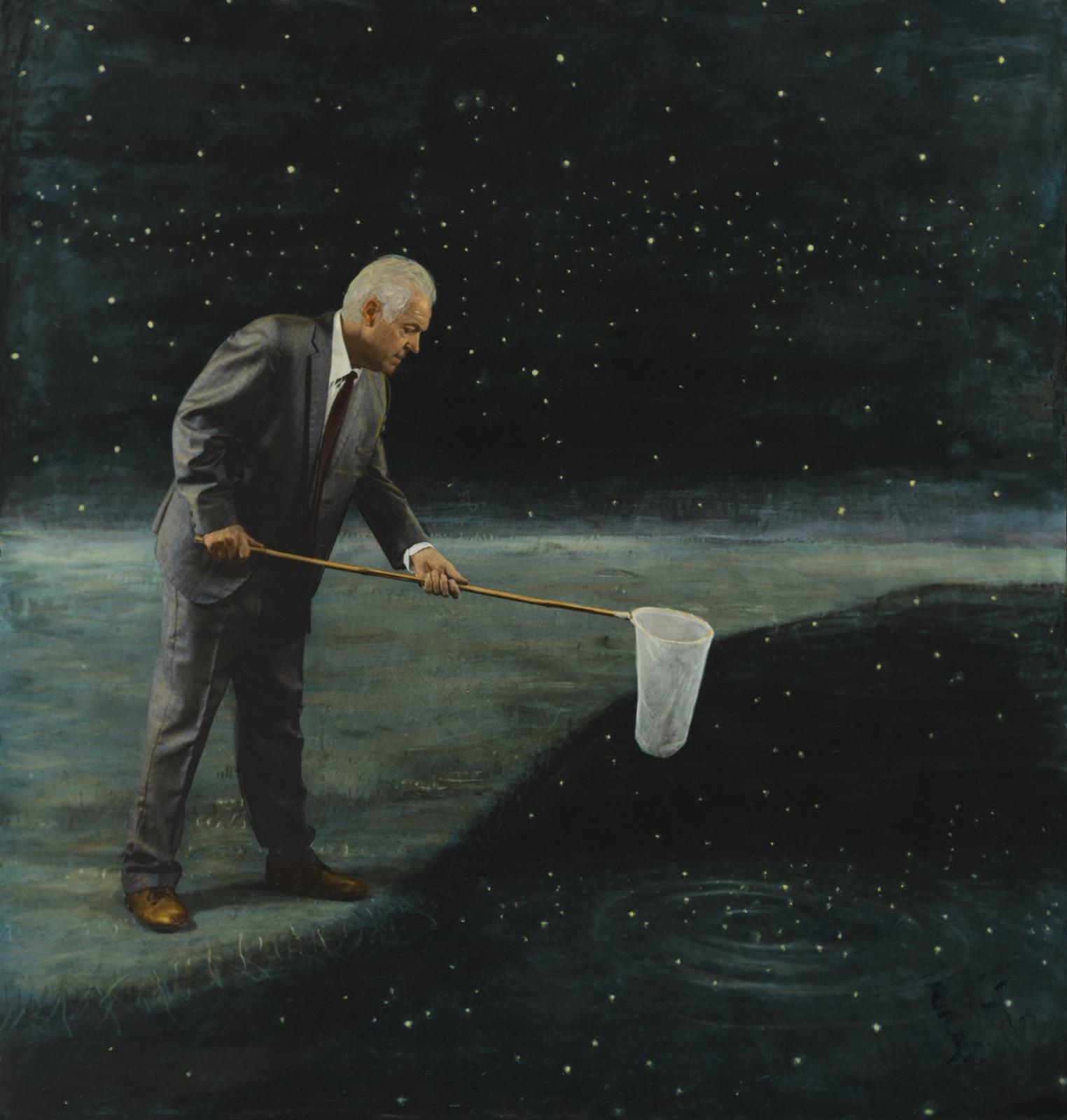 ludieke foto van oudere man in pak met een schepnet alsof hij in een rivier van de sterrenhemel staat te vissen