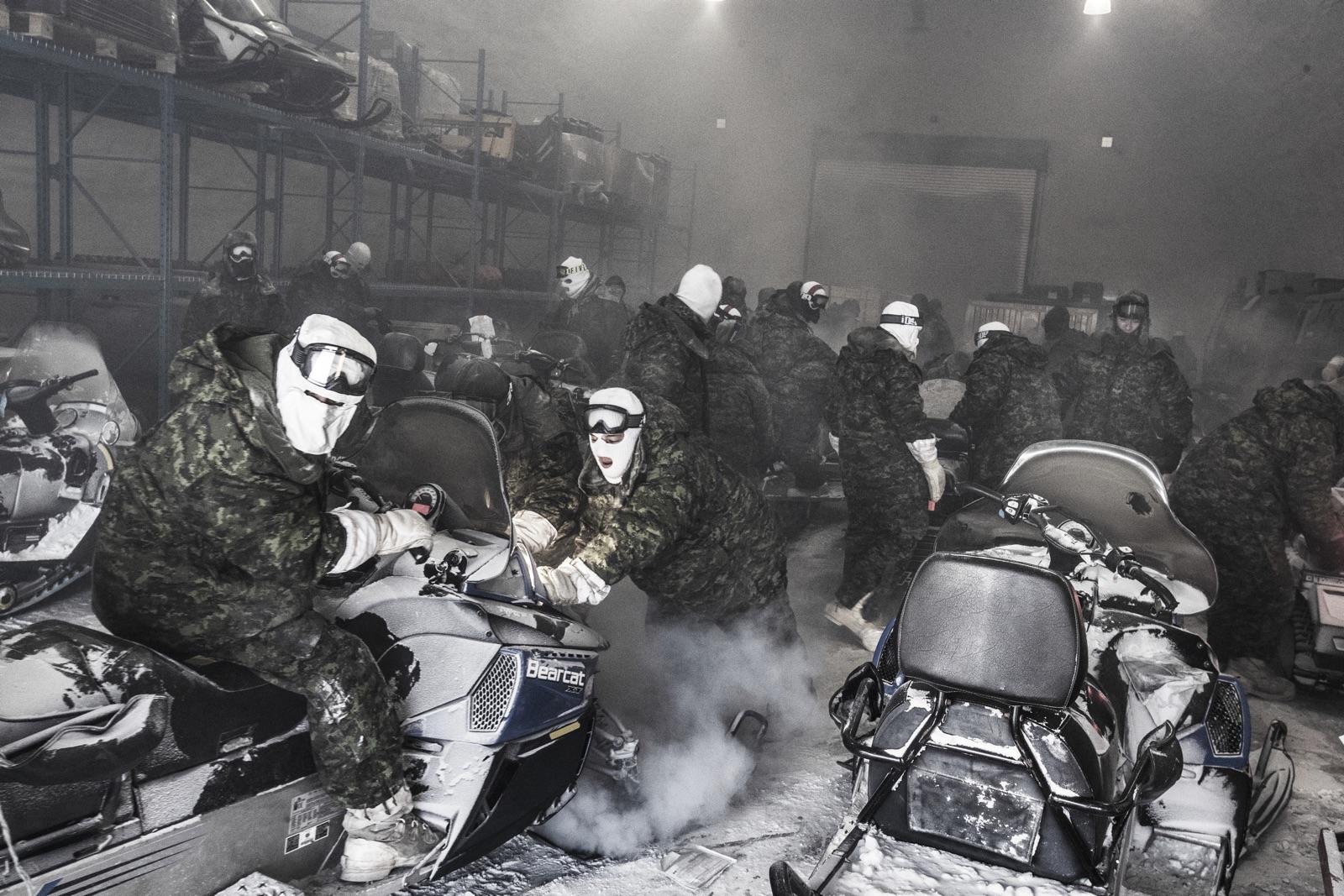 foto van mannen in legerkleding met helmen op ijsbrekers op de Noordpool