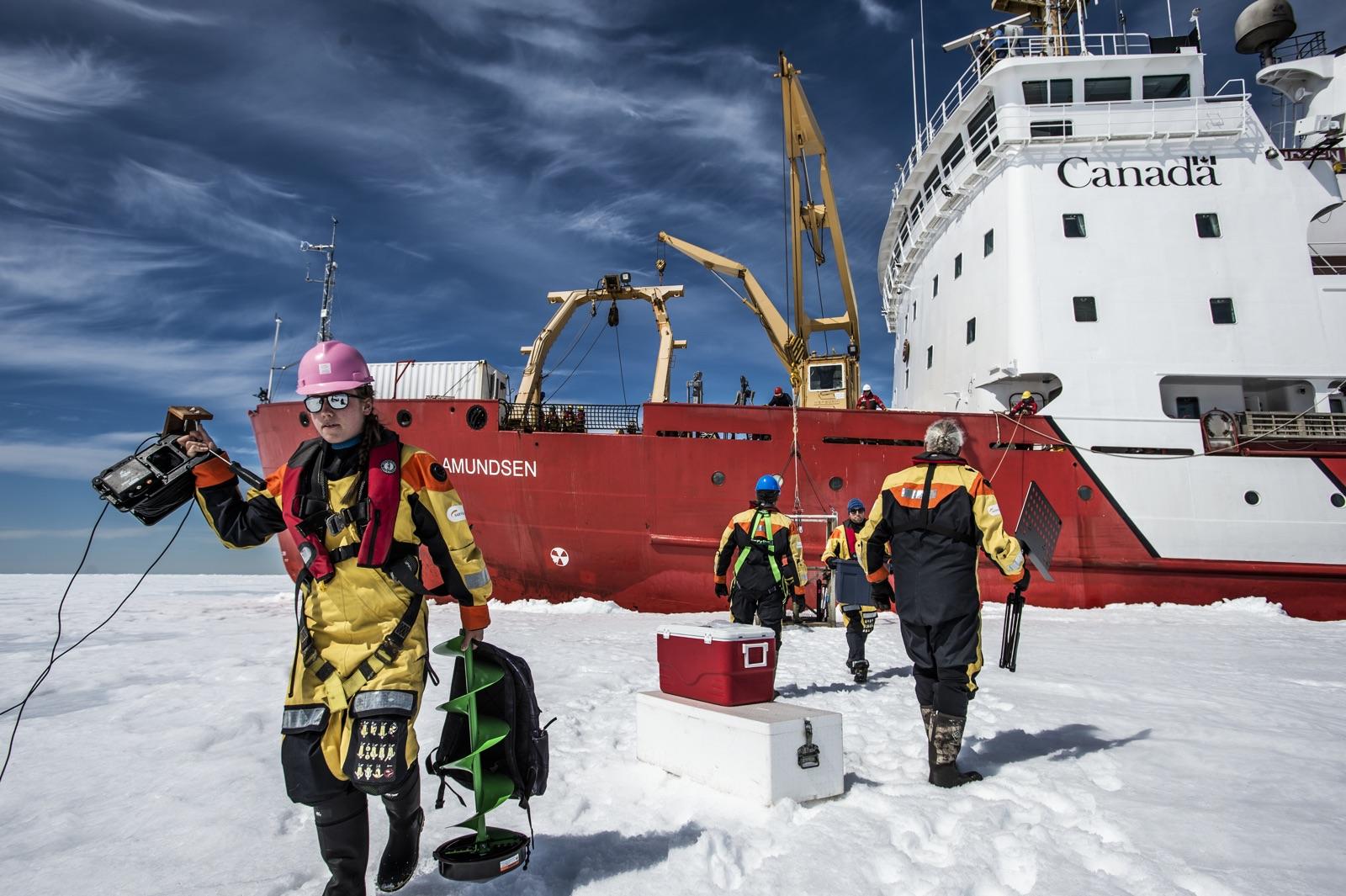 foto van een schip op de Noordpool met een cameracrew die ervoor loopt