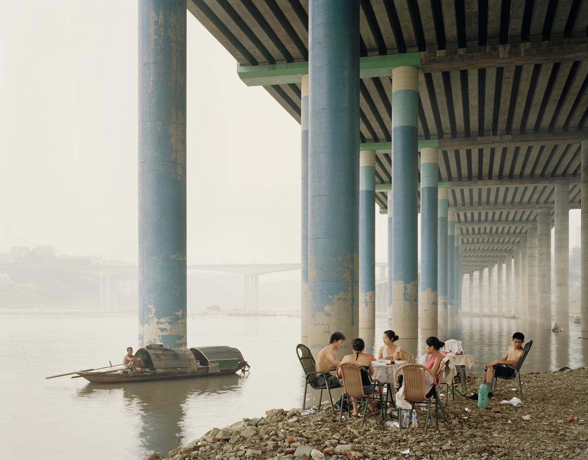 foto van mensen die picknicken bij Chongqing Municipality door Nadav Kander