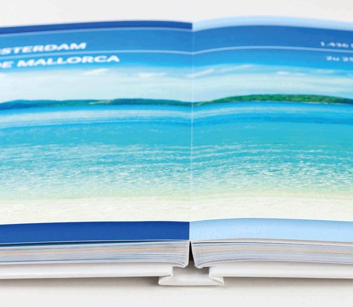 foto van een hardcover vlakliggend fotoboek opengeslagen