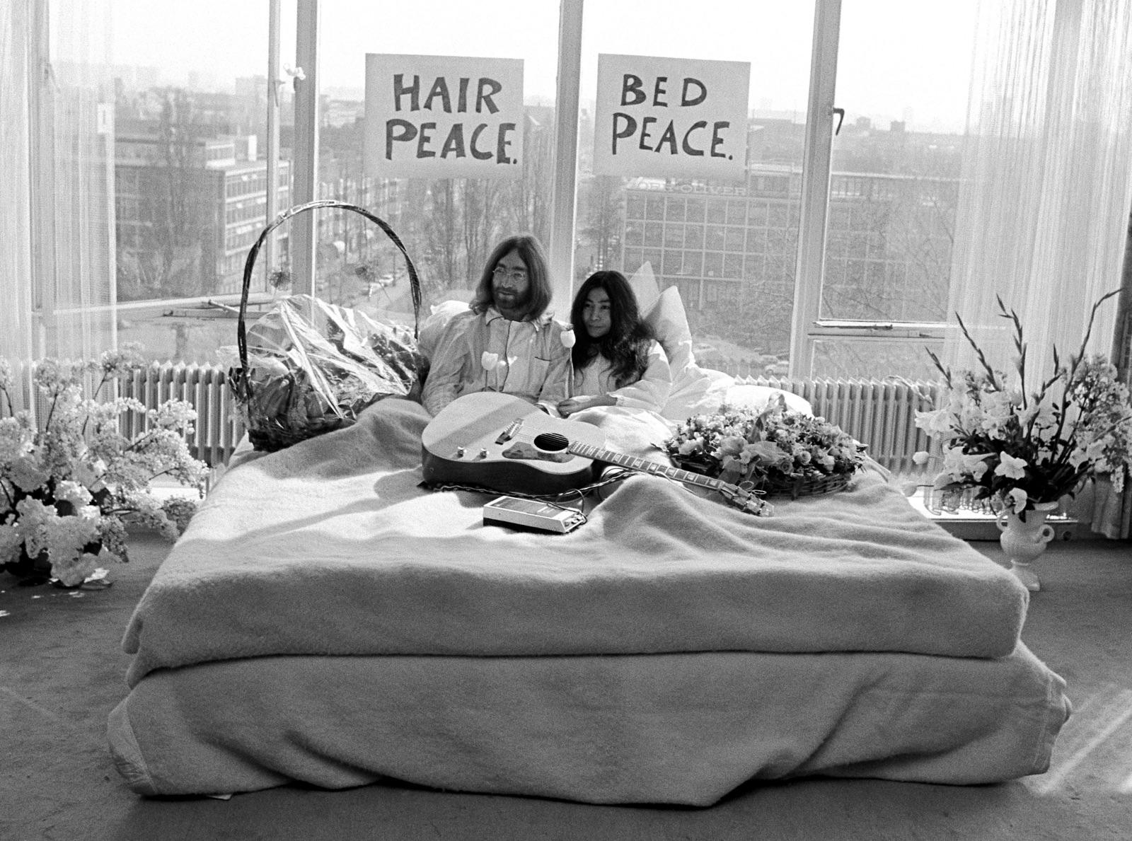 foto van John Lennon en zijn bruid Yoko Ono in bed in room 902 van het Hilton Hotel in Amsterdam