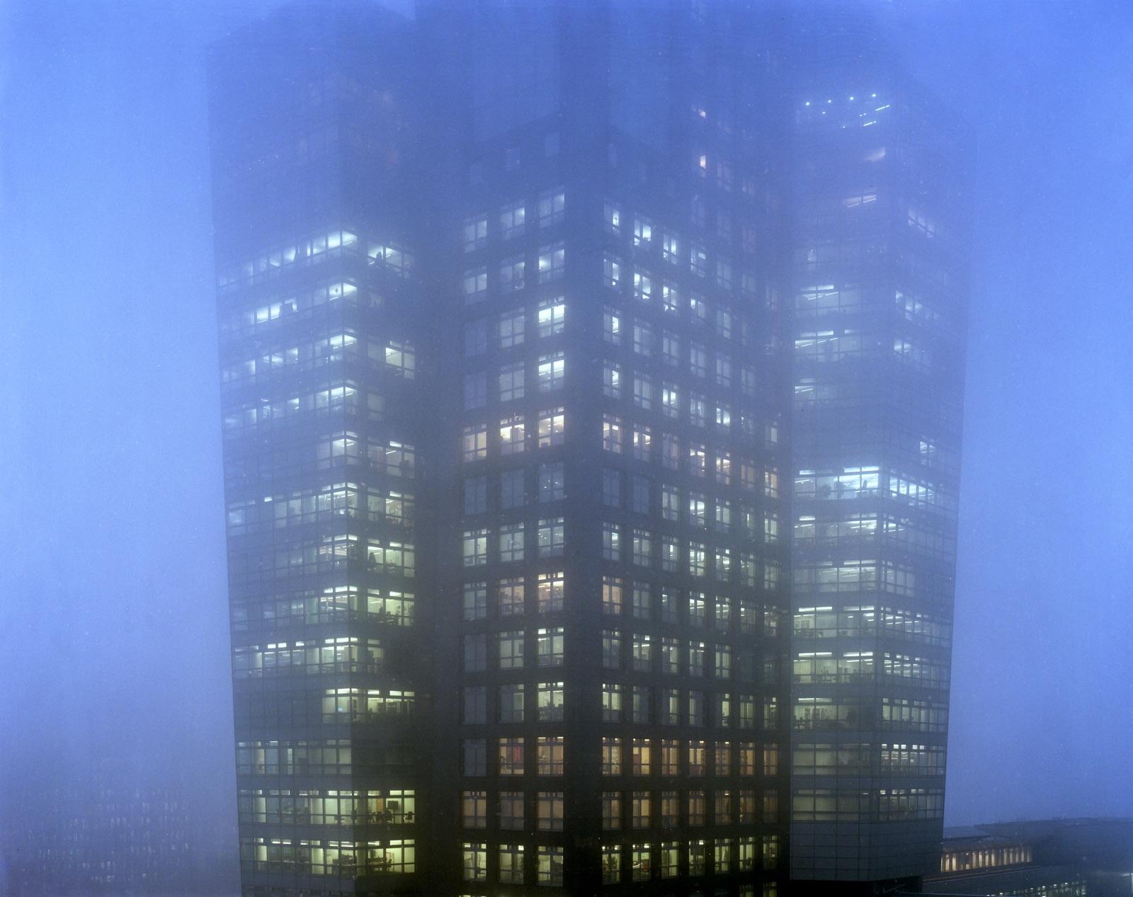 foto van een gebouw op de Zuidas van Amsterdam in de mist