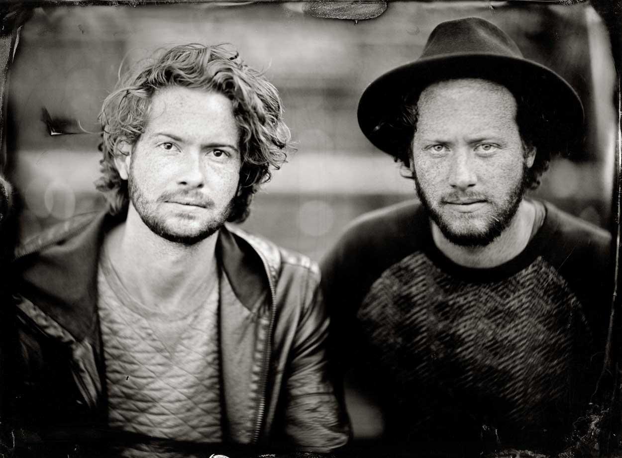portret in zwartwit van twee jonge roodharige mannen, eentje draagt hoed