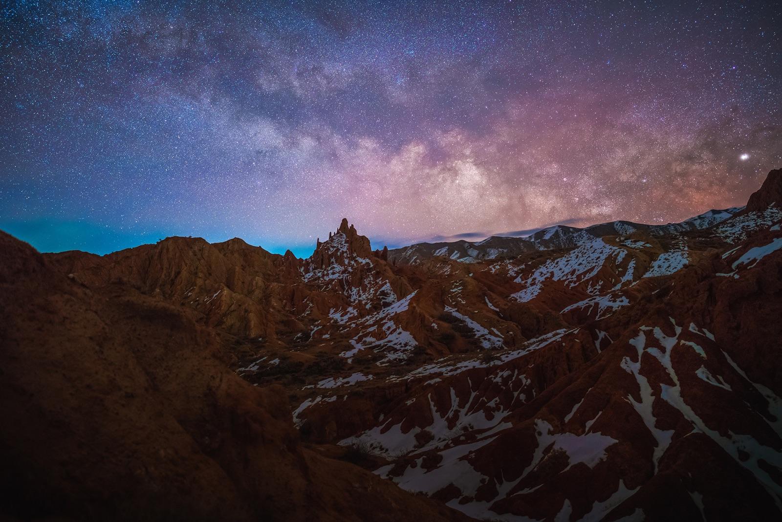 foto van de melkweg boven bergen bij nacht