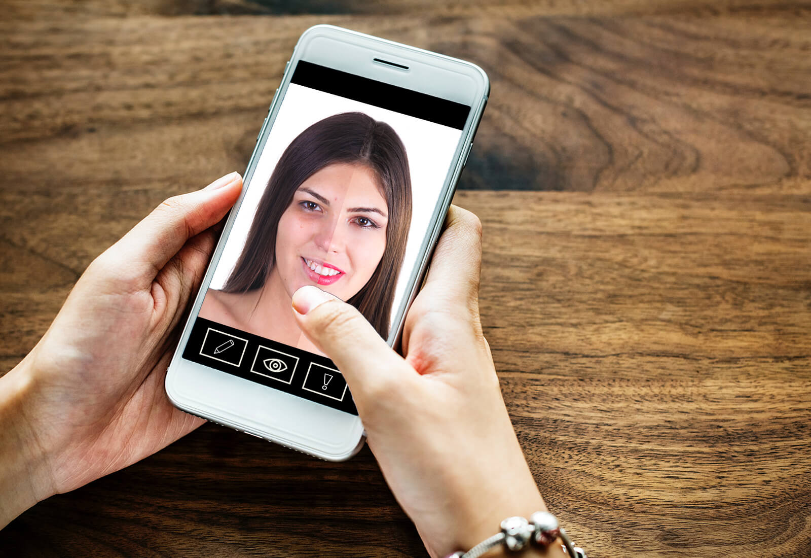 foto van een smartphone waarop een gezicht te zien is die aan de l;inkerhelft onbewerkt is en aan de rechterhelft bewerkt is met make up e.d.