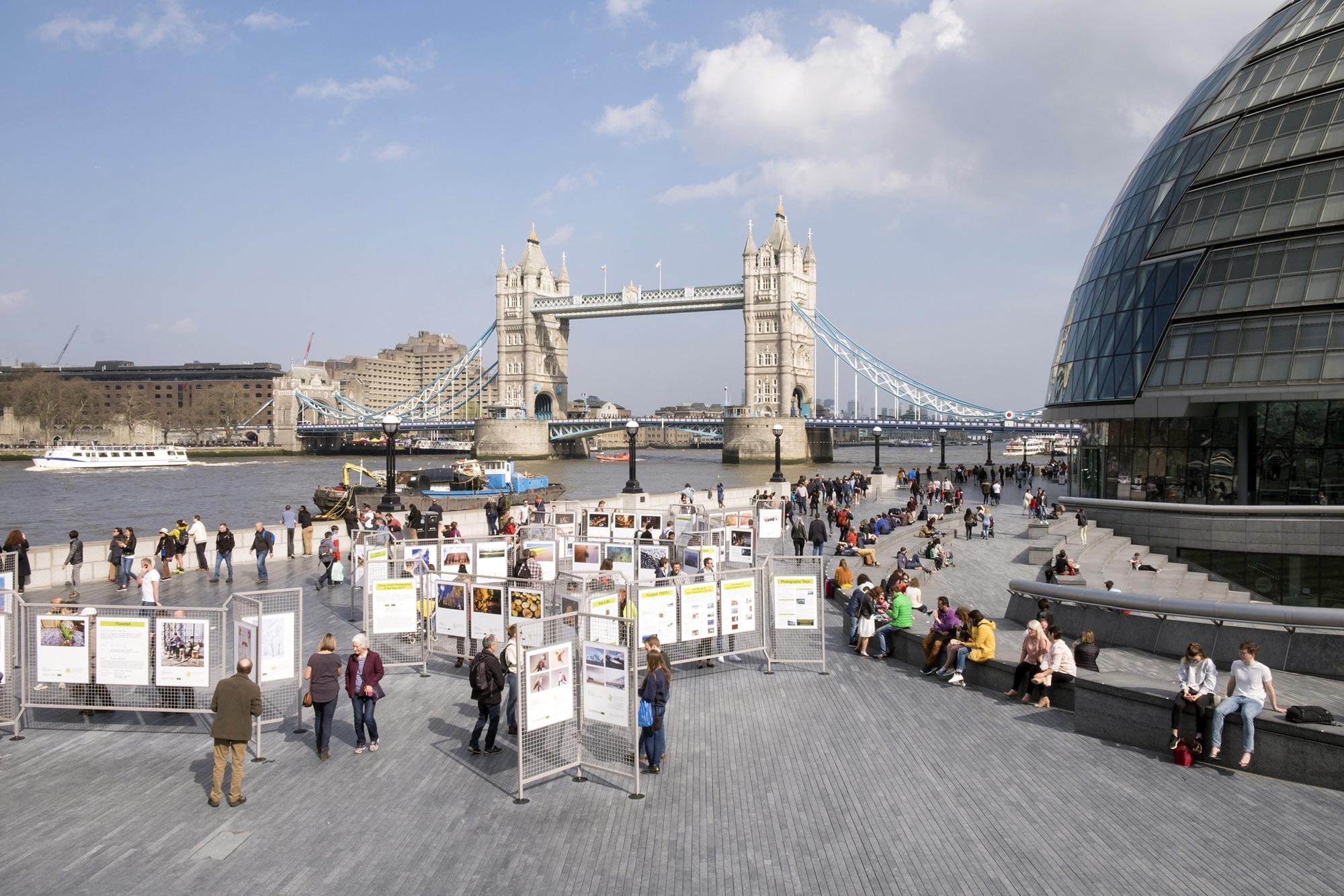 foto van de buitententoonstelling TPOTY 2018 in Londen voor de London Bridge