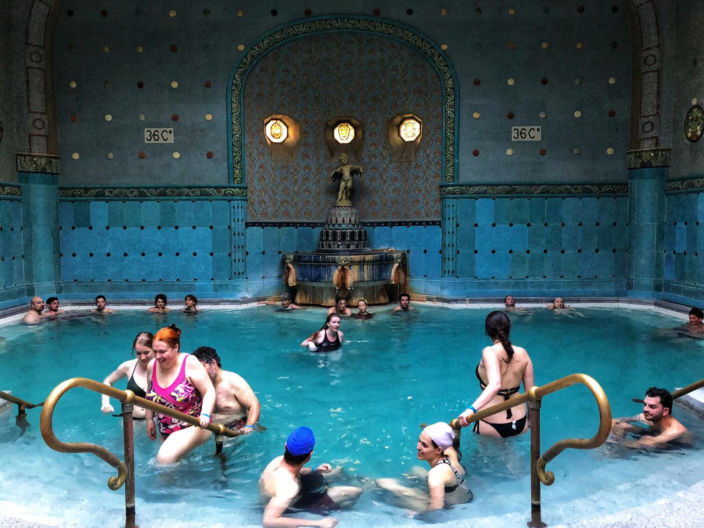 foto van mensen in een haman zwembad van 36 graden