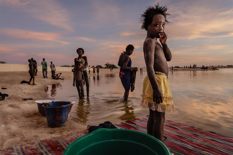 foto van inwoners van Mali die hun kleding wassen in de haven van Kabara