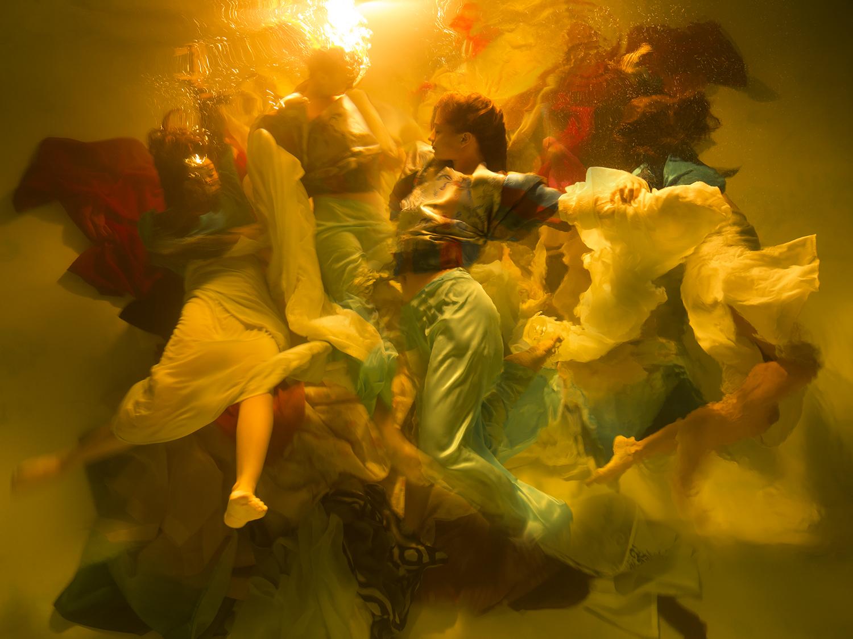 foto van Christy Lee Rogers van vrouwen onder water met doeken in beweging
