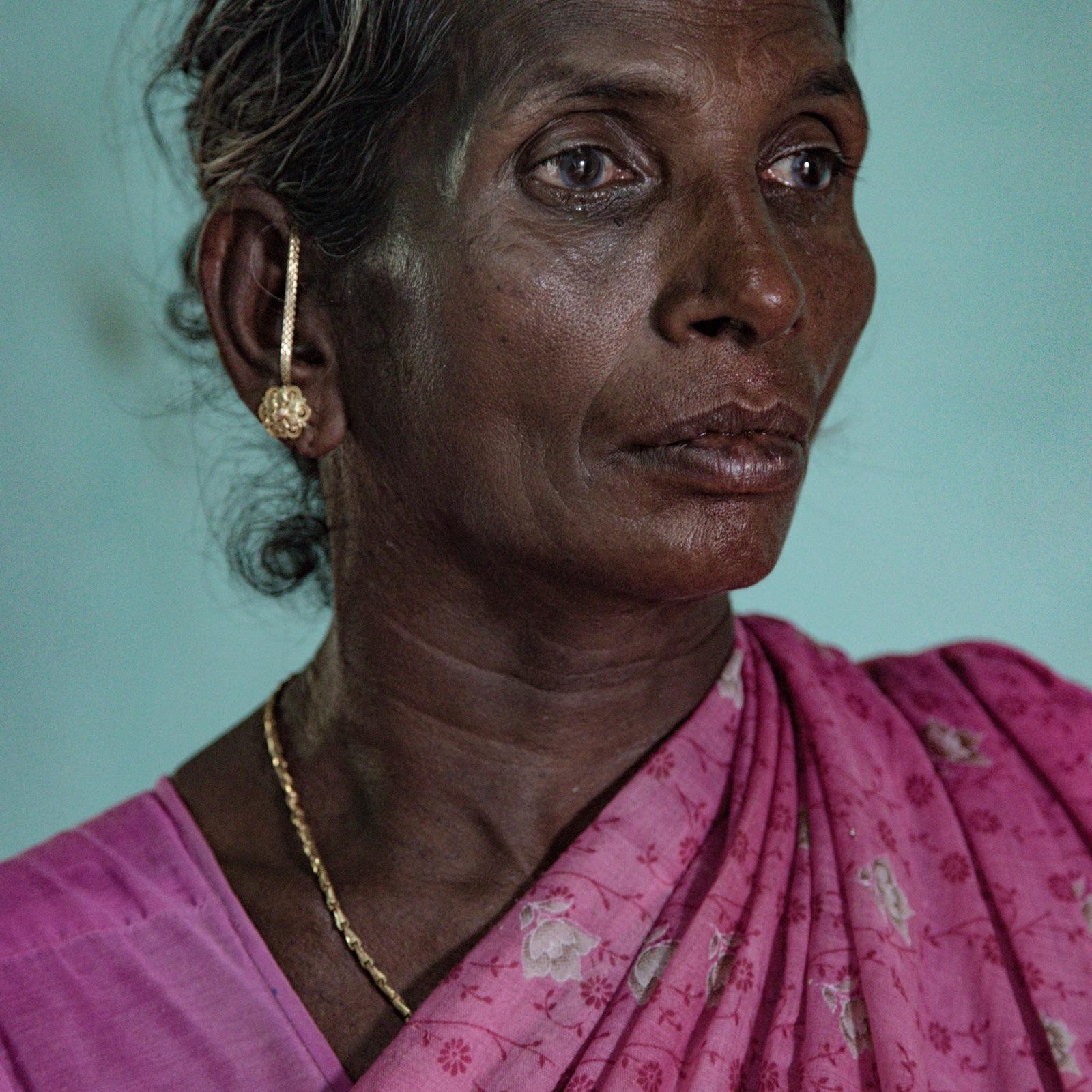 foto door Federico Borella van een portret van een Indiase vrouw met tranen in haar ogen
