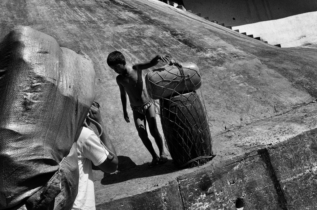 foto van man en jongen met koffers in Chili bij een helling