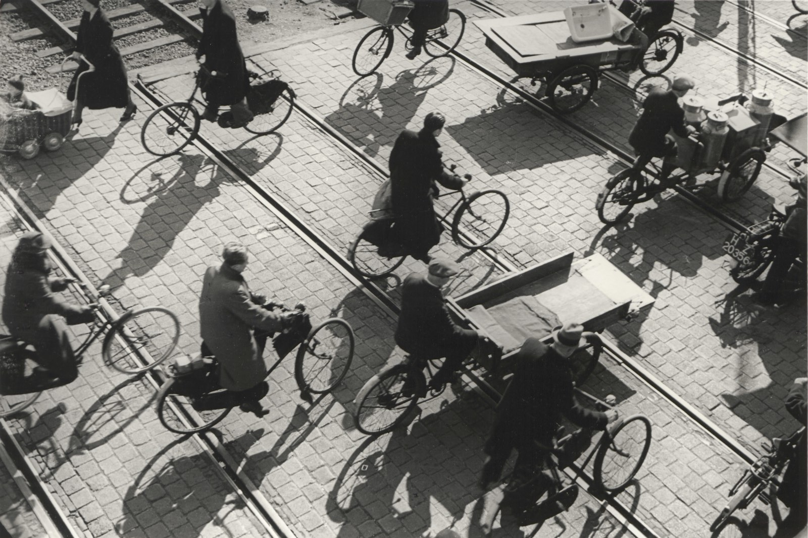 Emmy Andriesse, Fietsers over treinrails / Cyclists passing train rails, Den Haag, ca. 1935-1937. Collectie: Universitaire Bibliotheken Leiden