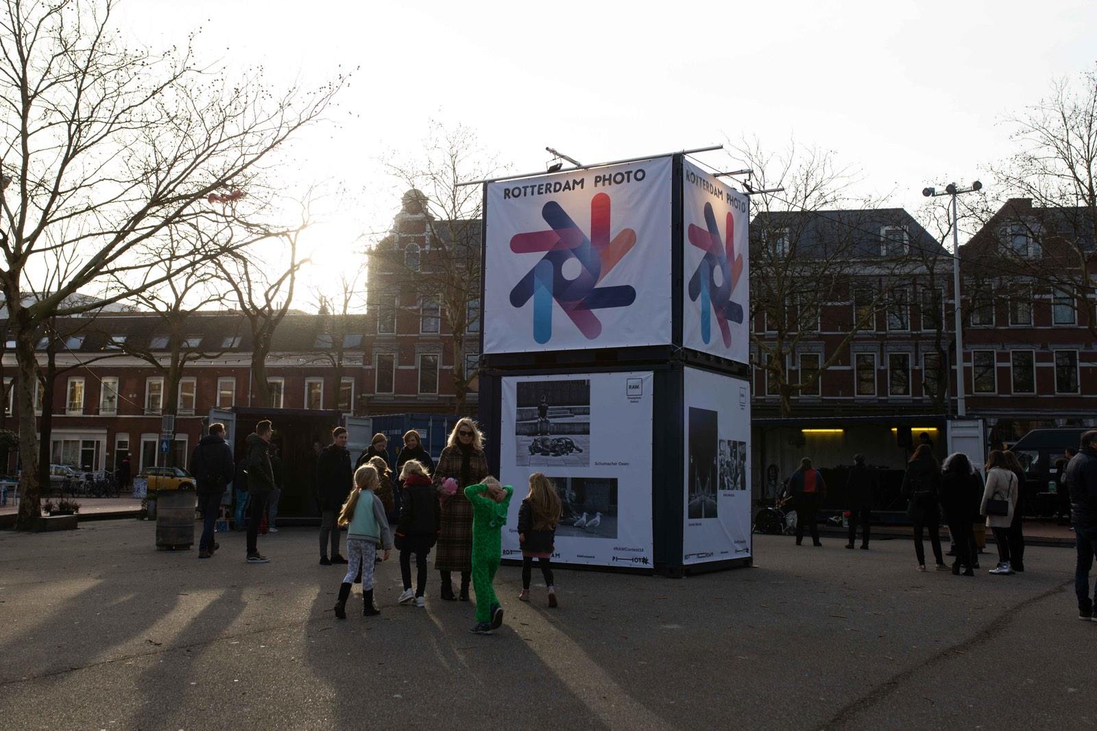 foto van Annick van Santen, mensen op straat bij promotiekubus Rotterdam Photo 2019