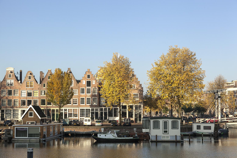 Amsterdamse gracht met woonboten door fotograaf Ewout Huibers