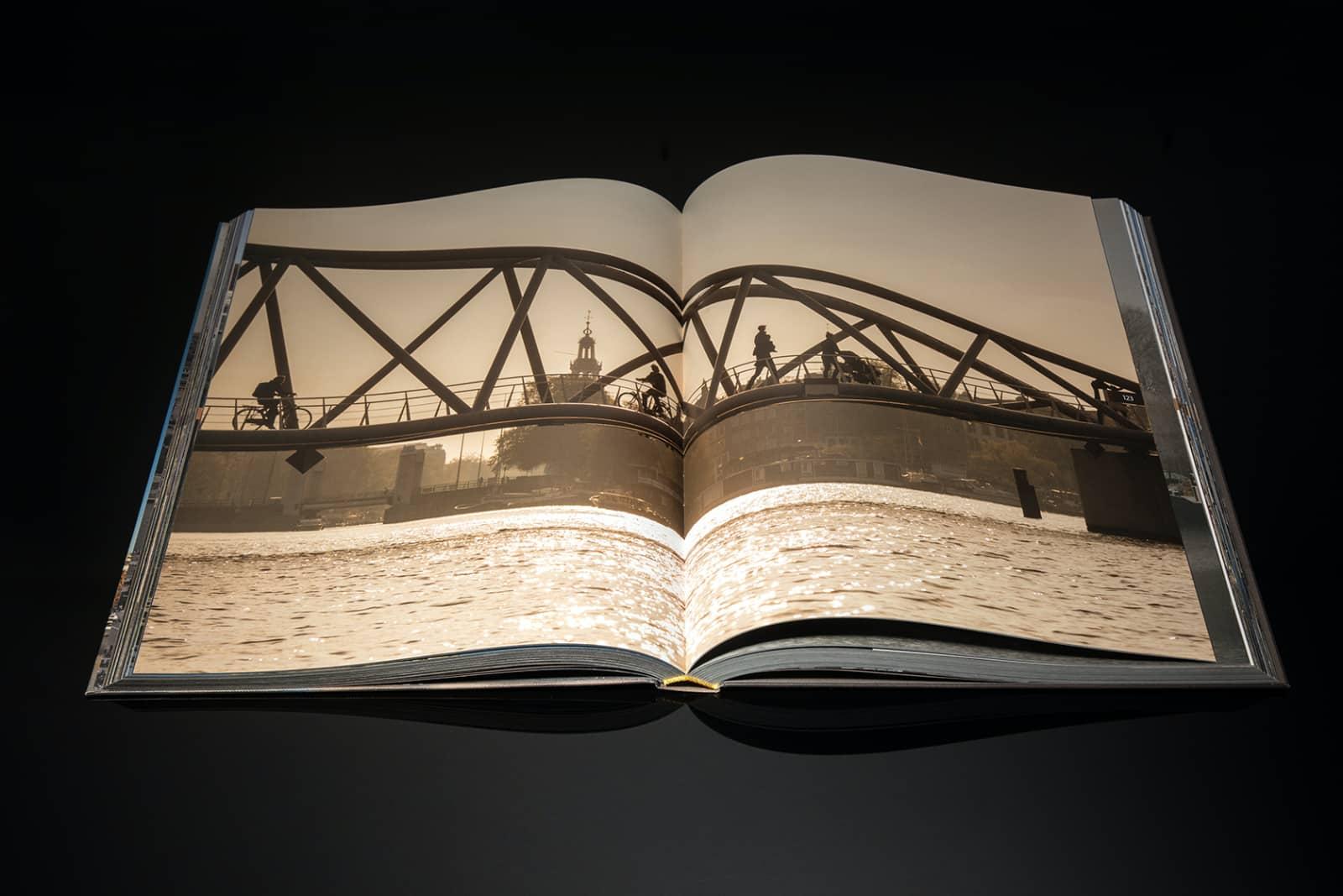 fotoboek openliggend van Ewout Huibers, AXSTXRDXM