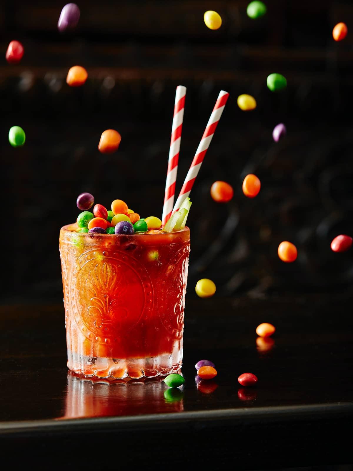 Drankje met springende snoepjes door Sid Ali, culinair fotograaf.