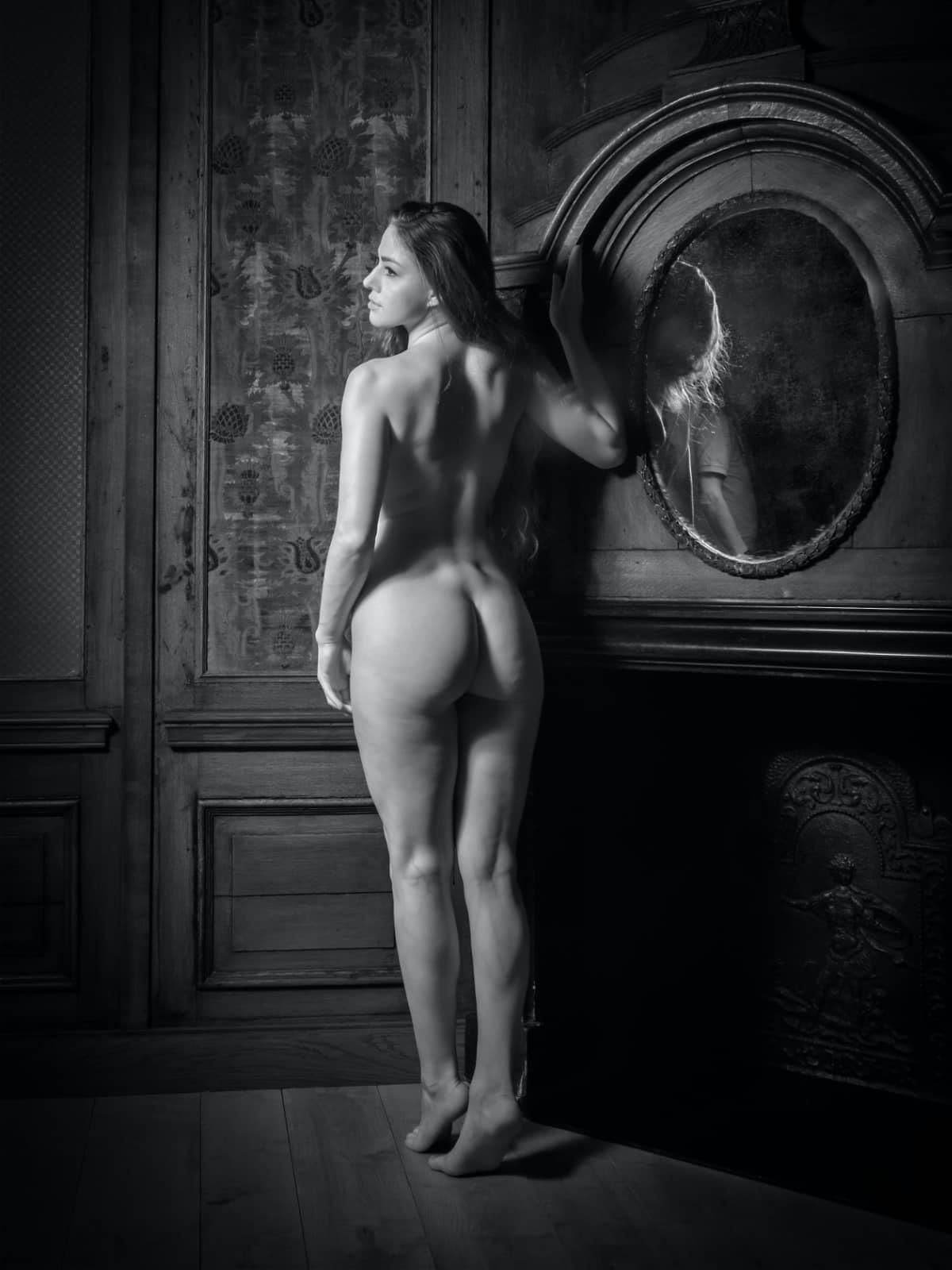 Model bij spiegel door Barend Houtsmuller