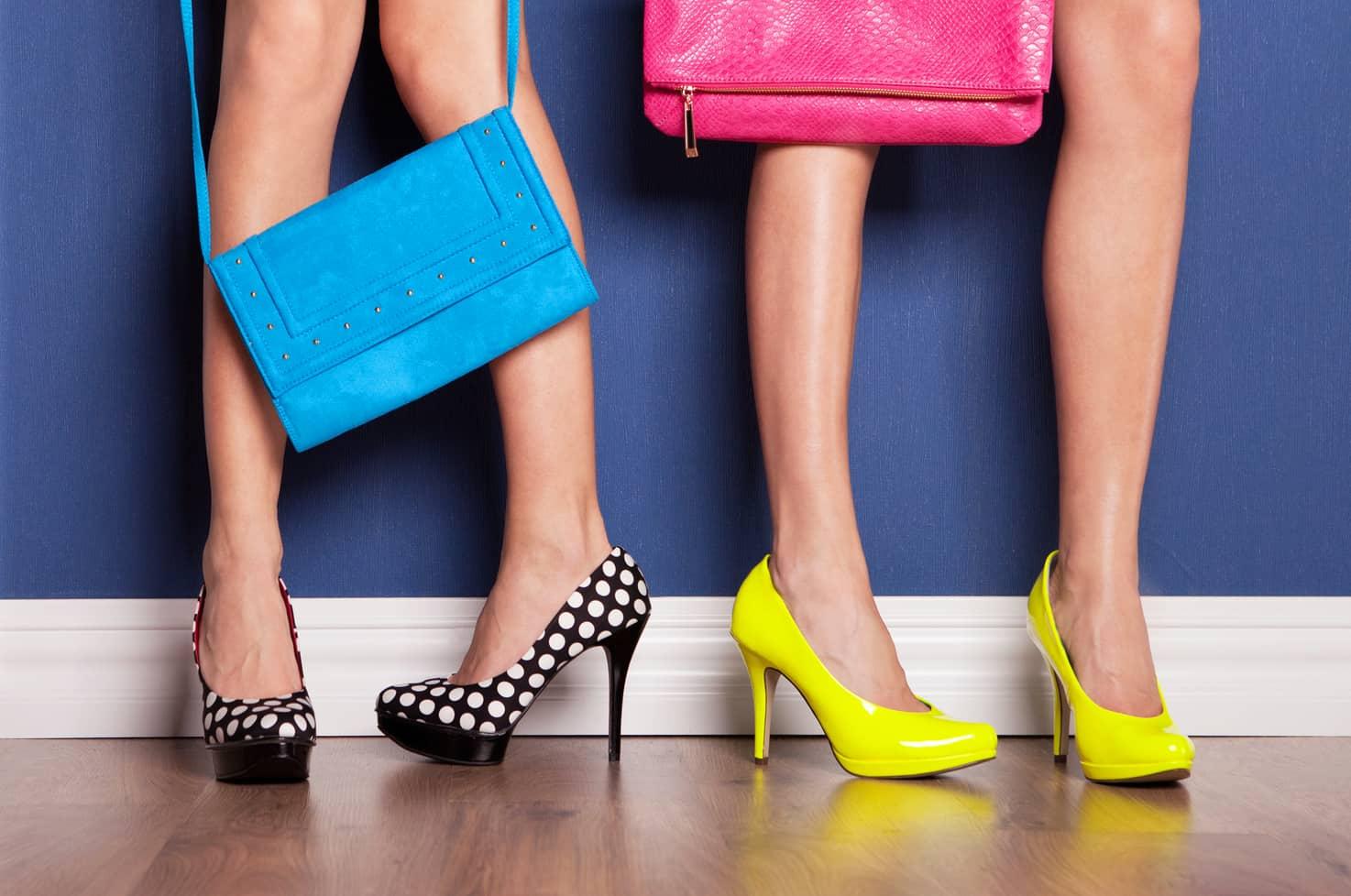 twee paar benen met tasjes en schoenen