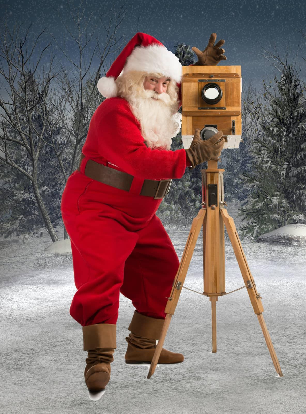 grappige kerstman met oude camera