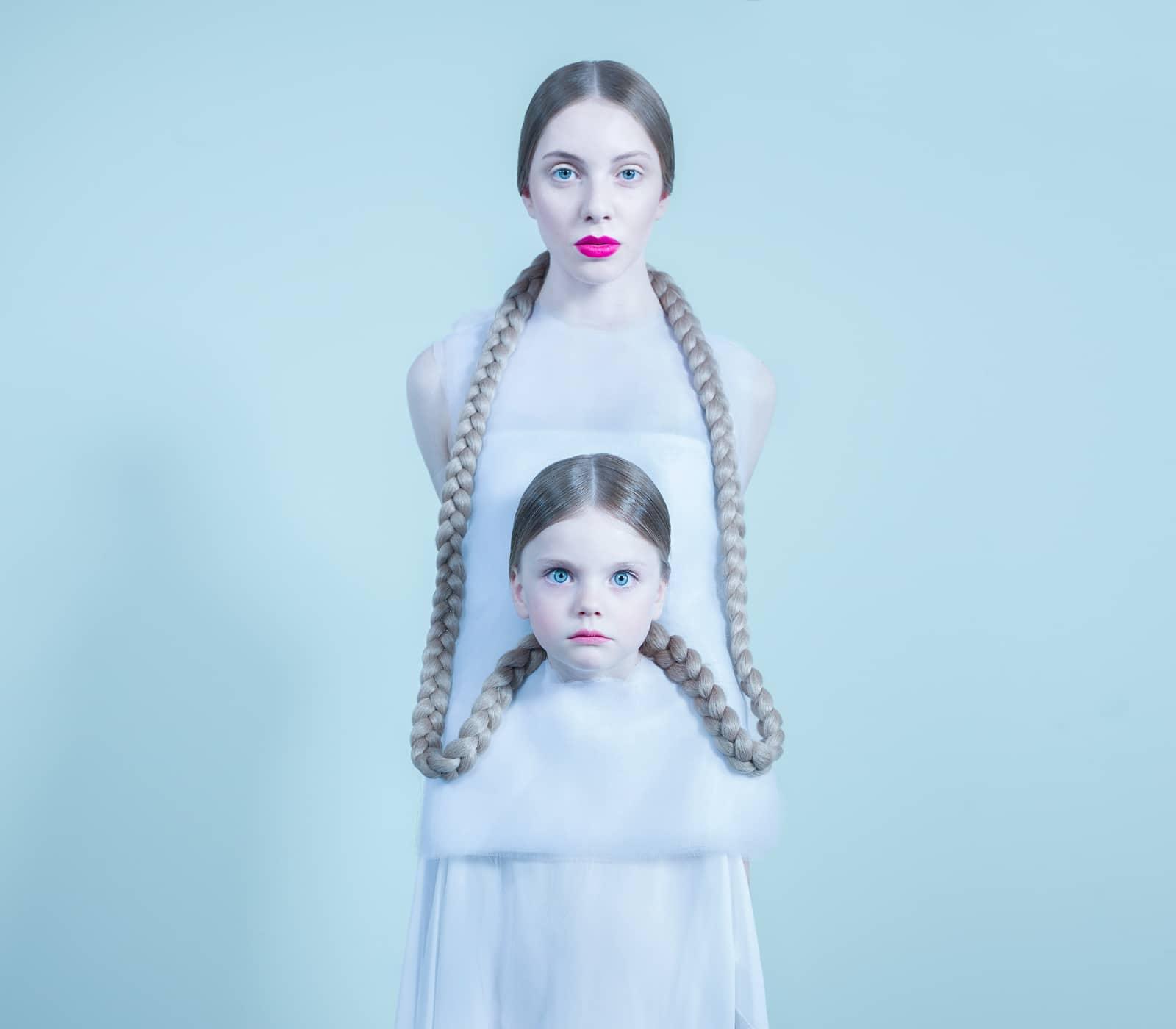 foto: © Bara Prasilova, moeder en dochter met gevlochten haren aan elkaar vast