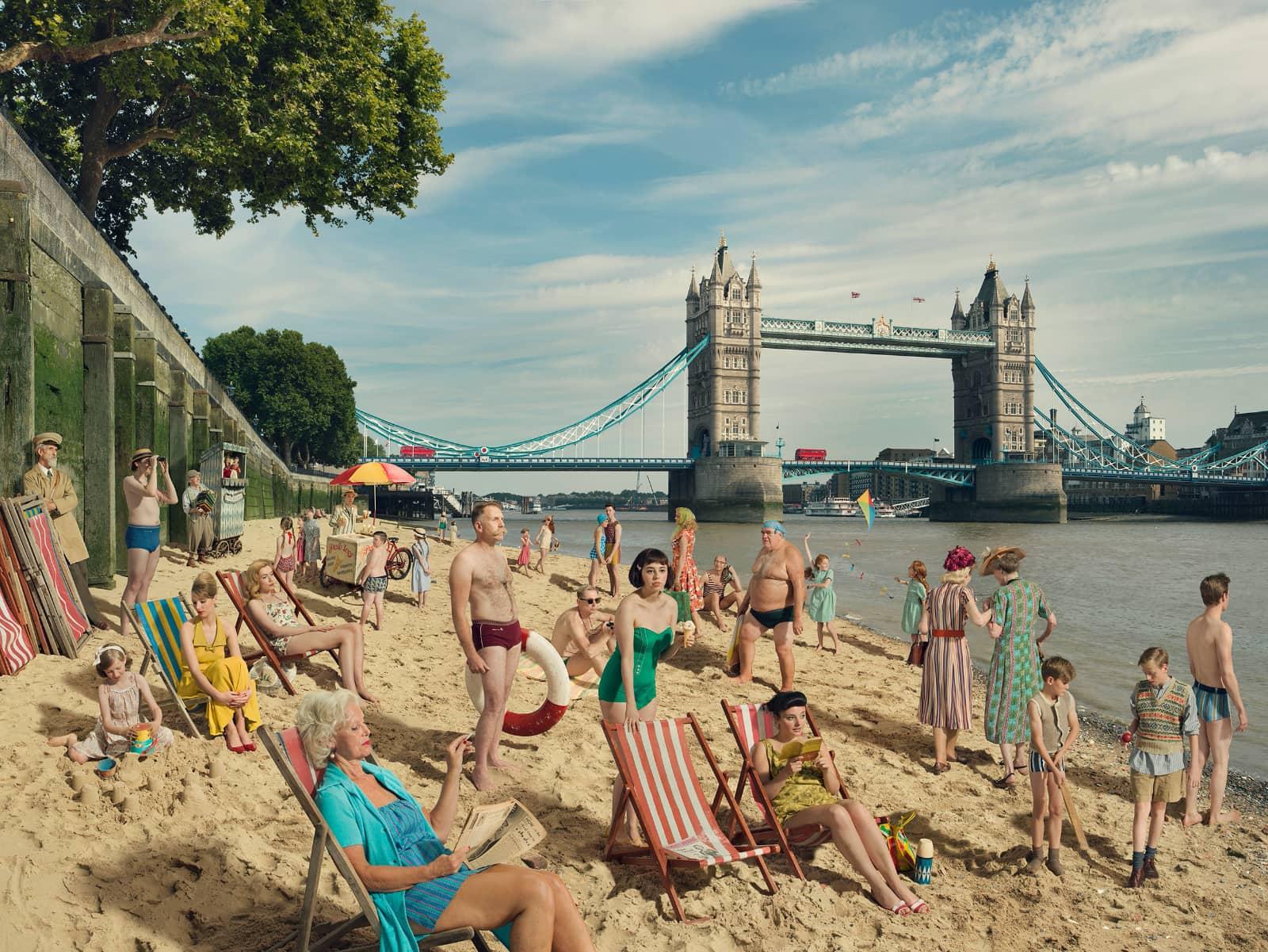 foto: © Julia Fullerton-Batten, mensen op strand bij de Tower van Londen