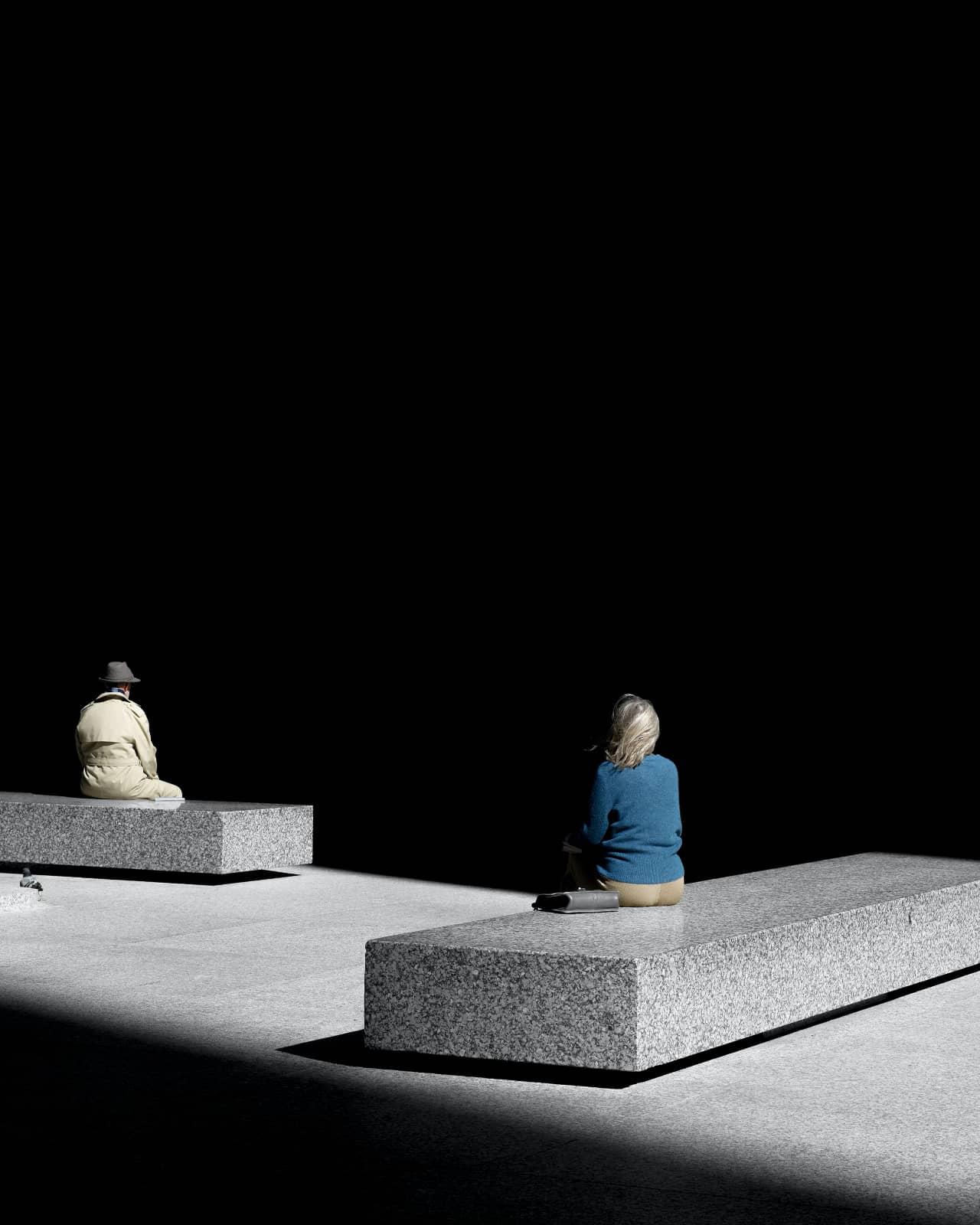 foto: © Clarissa Bonet, twee mensen zitten buiten op stenen banken