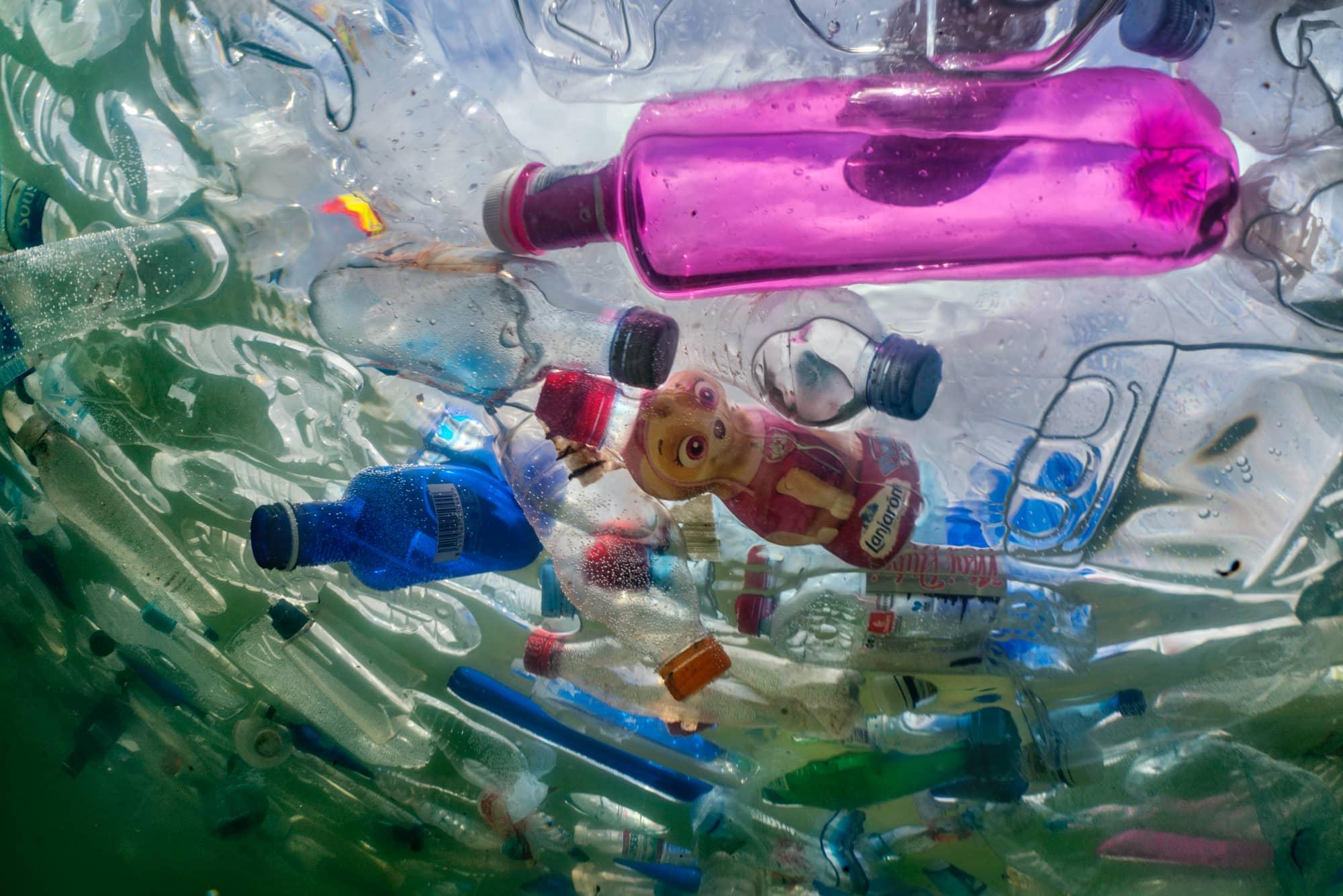 Plastic flessen verstikken de Cibeles-fontein buiten het stadhuis in het centrum van Madrid, van fotograaf Randy Olson