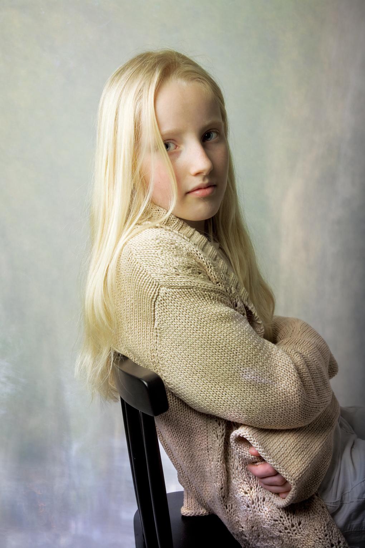 foto: © Hazel Ling - portret jong meisje blond op een stoel