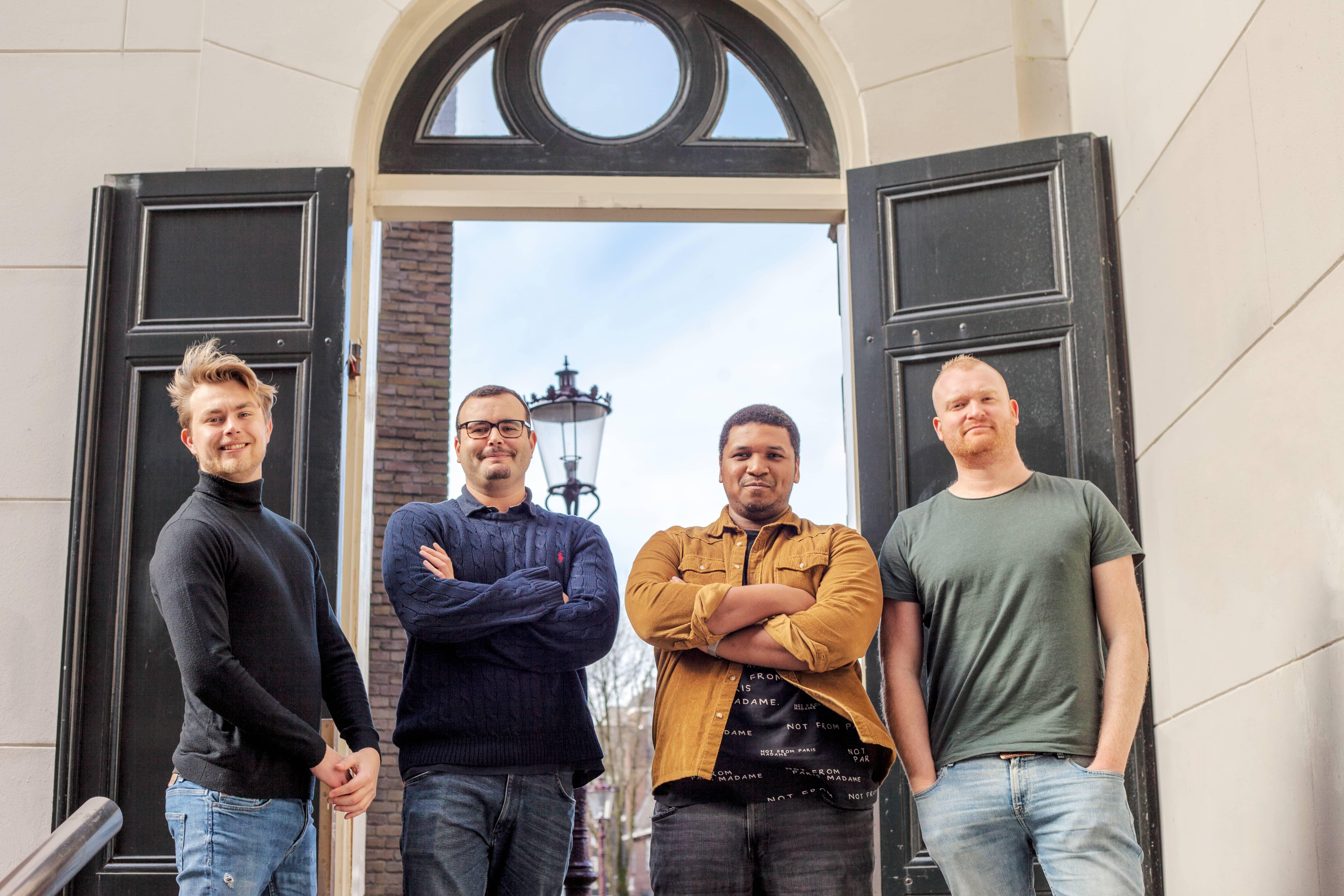 Team van vier mannen van online platform Lensguild