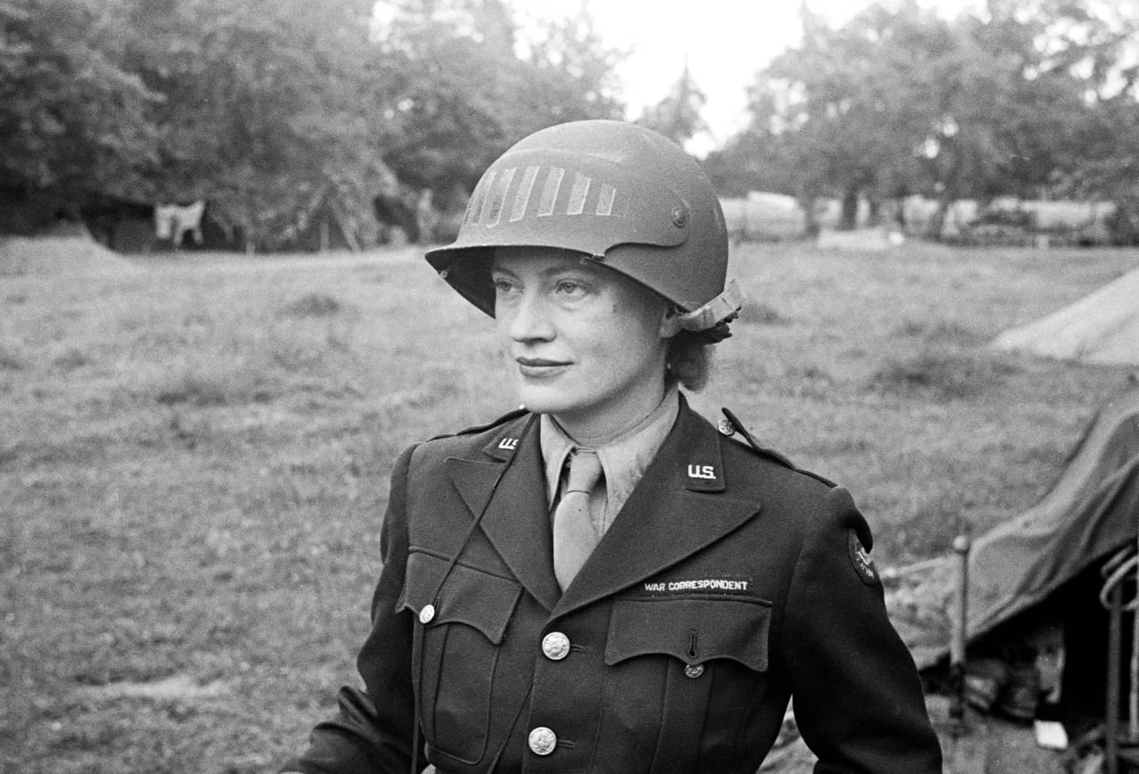 foto: © Lee Miller Archives - Lee Miller met speciale US Army helm