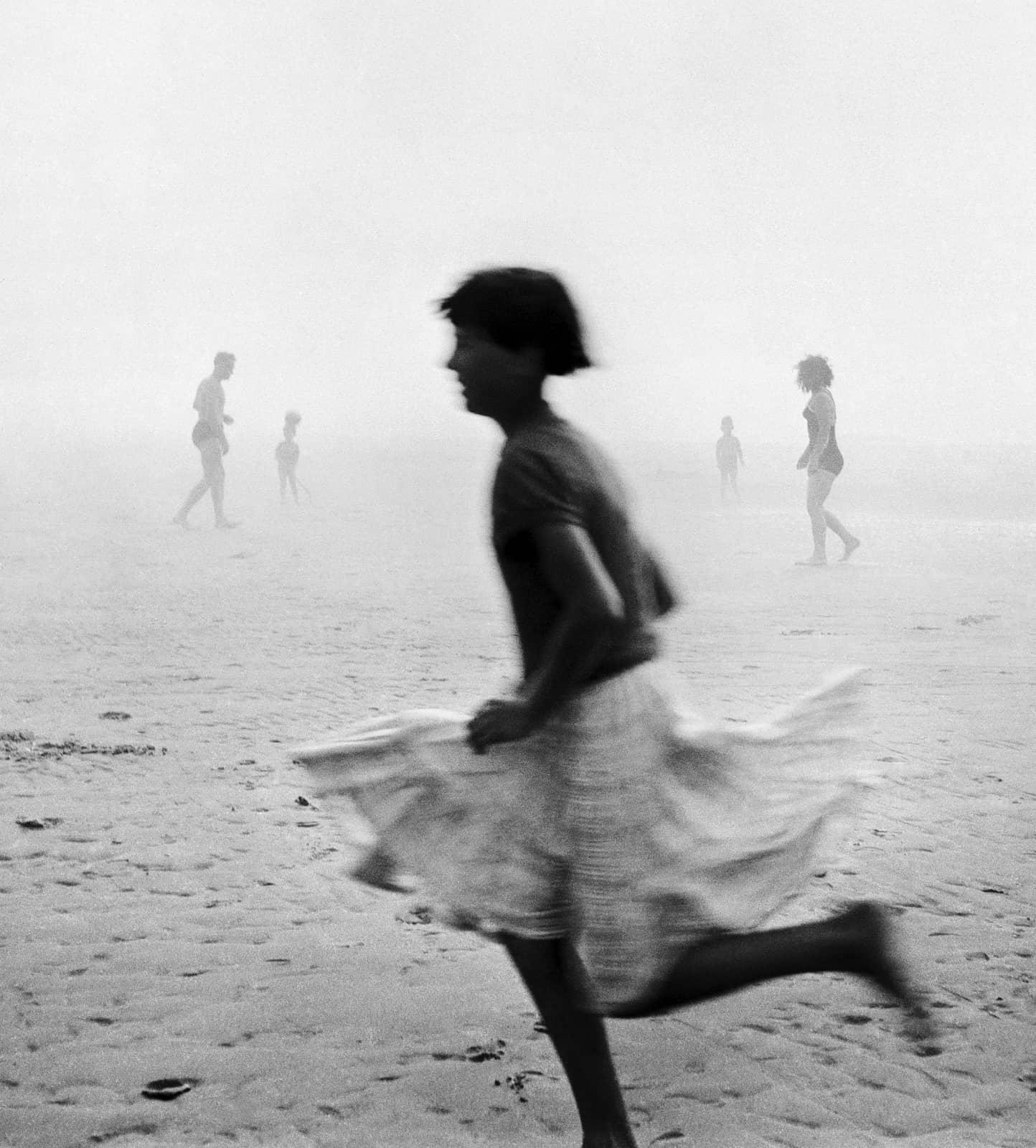 foto: © Ad Windig/MAI - meisje in de mist, Wijk aan Zee 1955