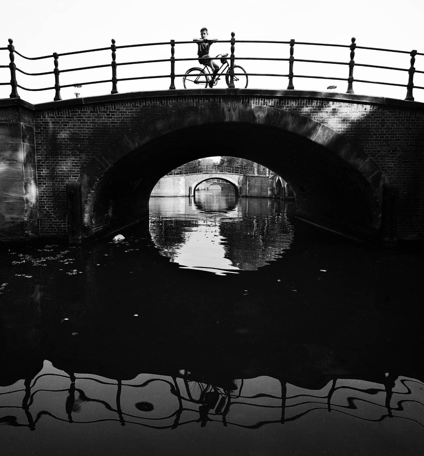 foto: © Ad Windig/MAI - jongen op brug, Reguliersgracht Amsterdam 1959
