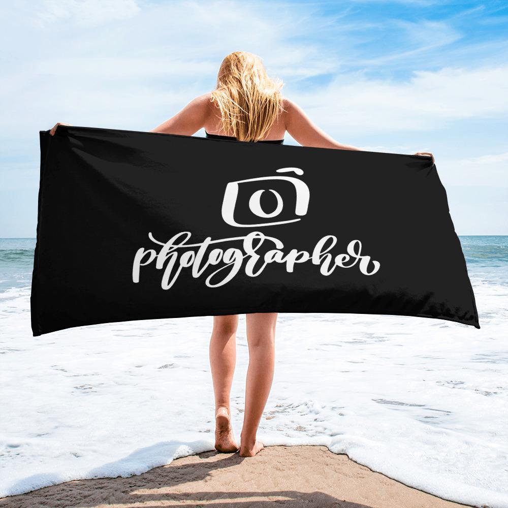 Fotografie badlaken cadeau: zwart badlaken bedrukt met camera en tekst Photographer