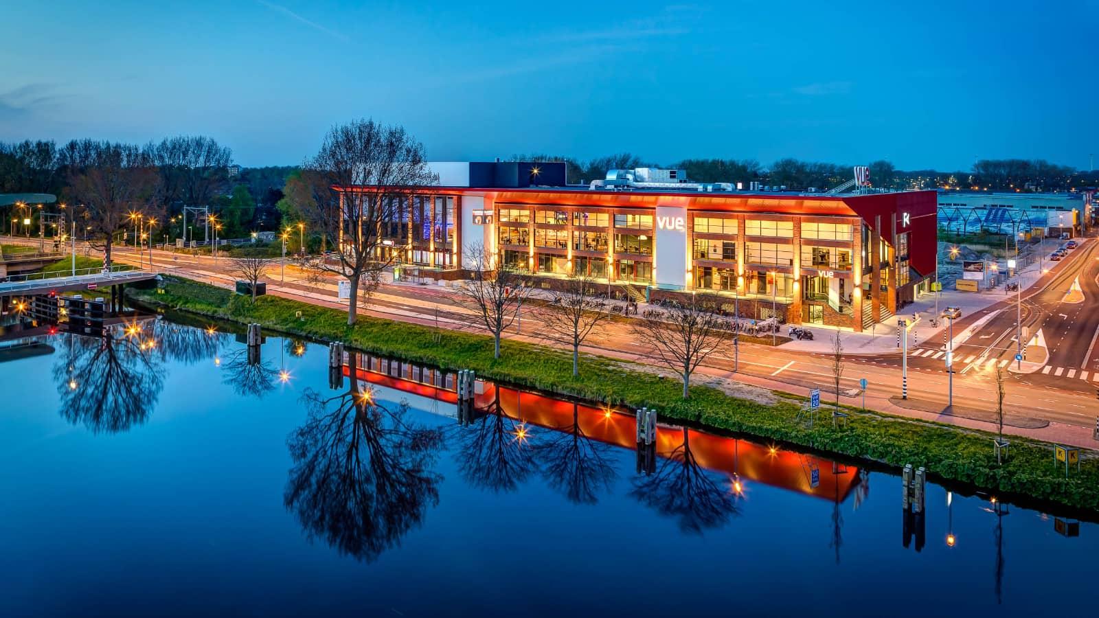 foto: © Jaap Lotstra - architectuur gebouw met reflecties in het water, schemering