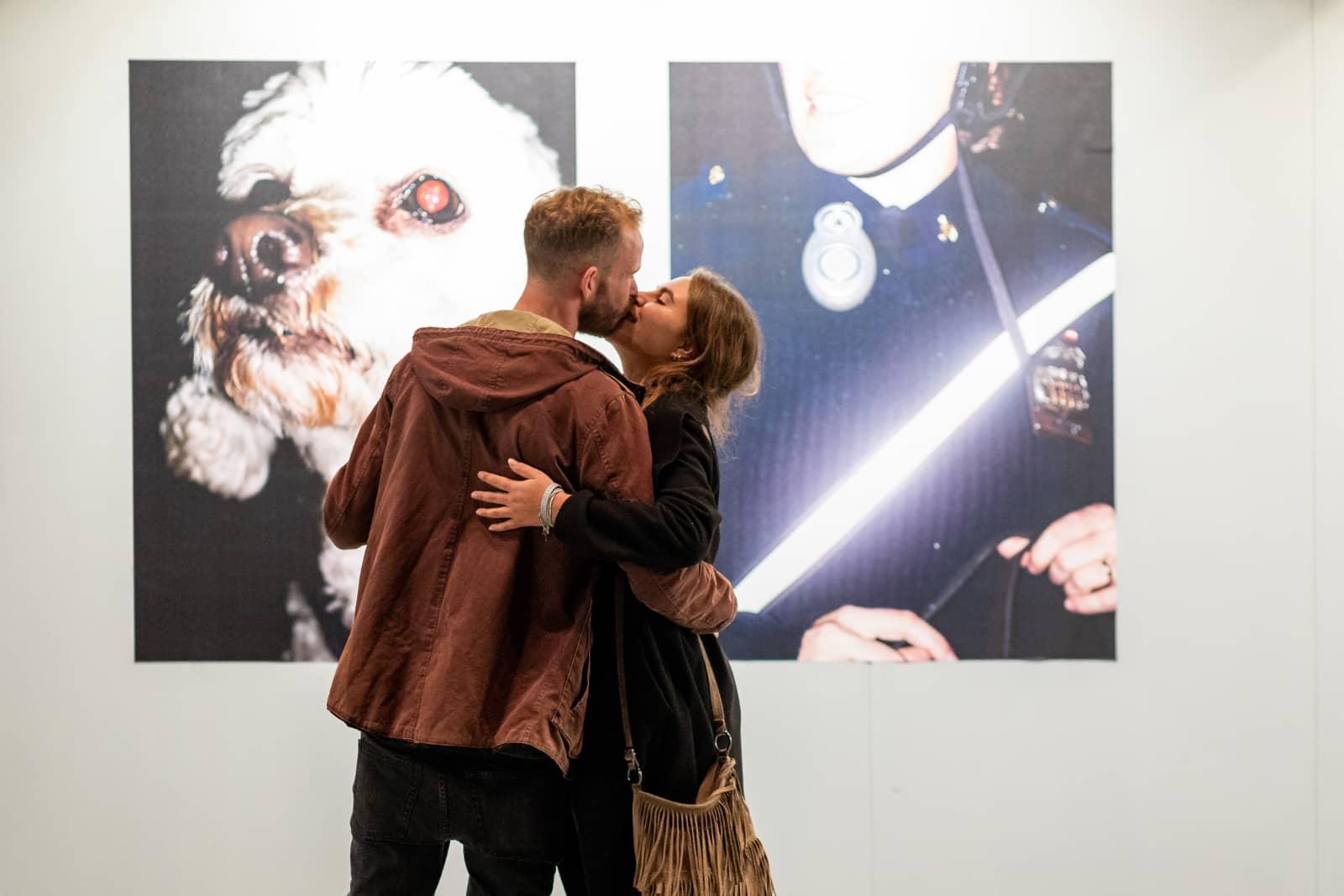 foto: Fotofestival Schiedam, zoenend koppel voor twee foto's