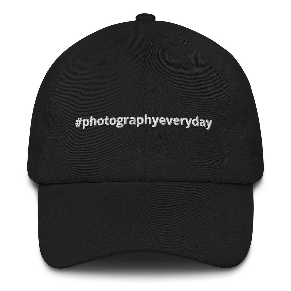 Fotografie cadeau: zwarte cap geborduurd met #photographyeveryday