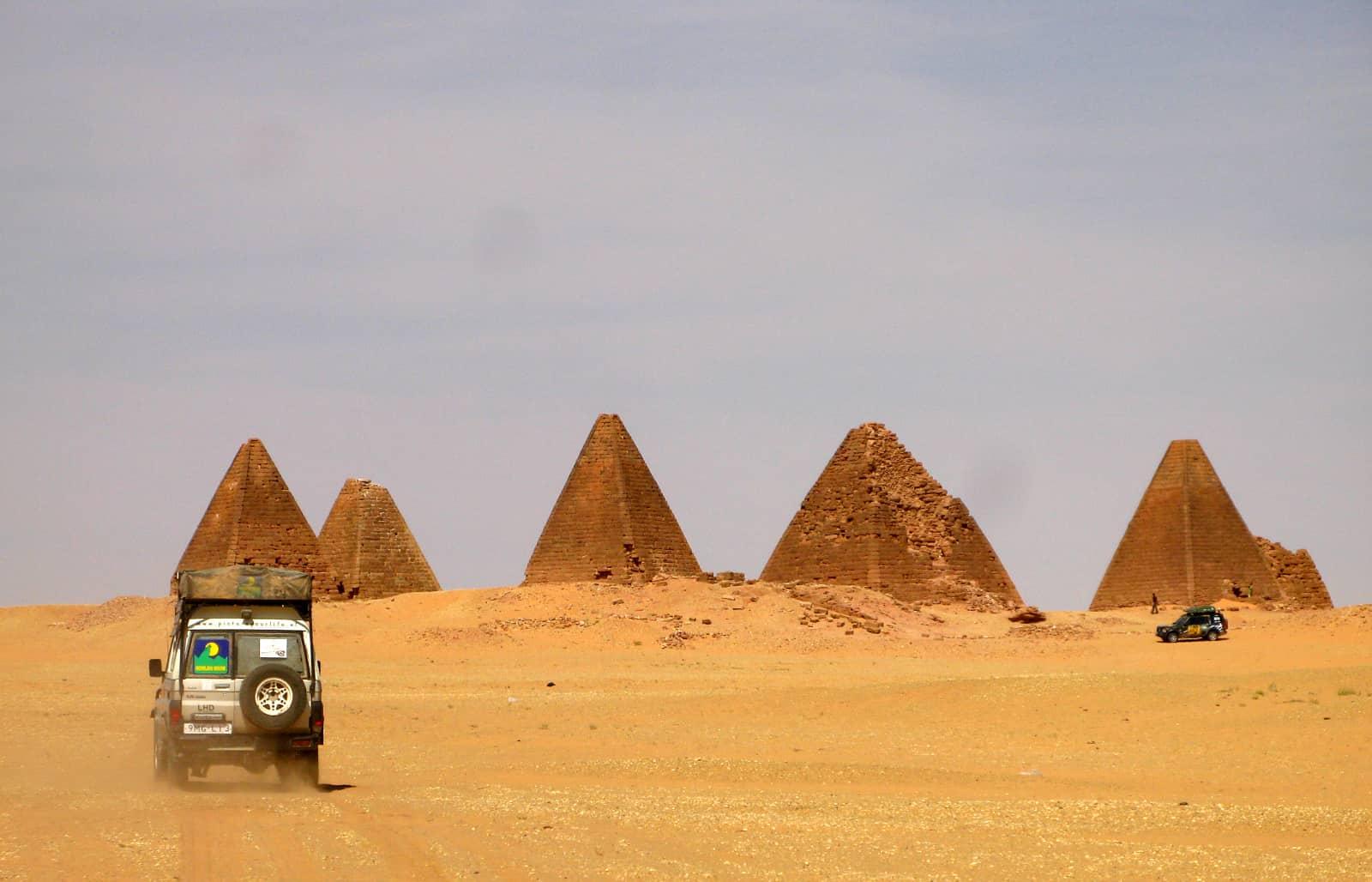 Ilvy Njiokiktjien - woestijn Sudan met pyramides